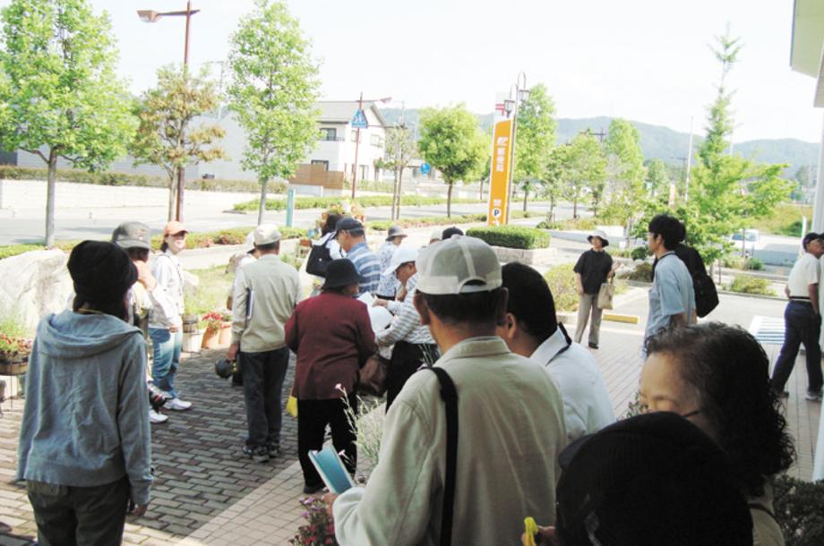 新しい地域コミュニティのあり方検討委員会運営業務('14 兵庫県豊岡市) - 新しい地域コミュニティ組織の立ち上げを検討する委員会の運営を支援したほか、組織立上げの指針となるあり方方針や導入ガイドブックの作成をお手伝いしました。さらに、事例集作成のために25地区の地域コミュニティを訪問取材しました。