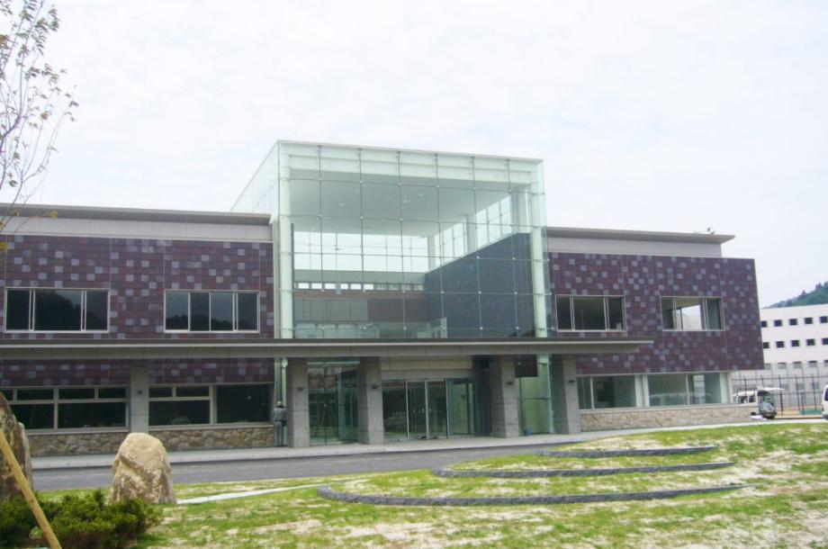 旭刑務所誘致に係る地元経済界支援業務('07 浜田商工会議所) - 島根あさひ社会復帰促進センターの建設に伴う経済波及効果の獲得に向け、地元企業等198社によるコンソーシアムの立ち上げと運営支援を行いました。