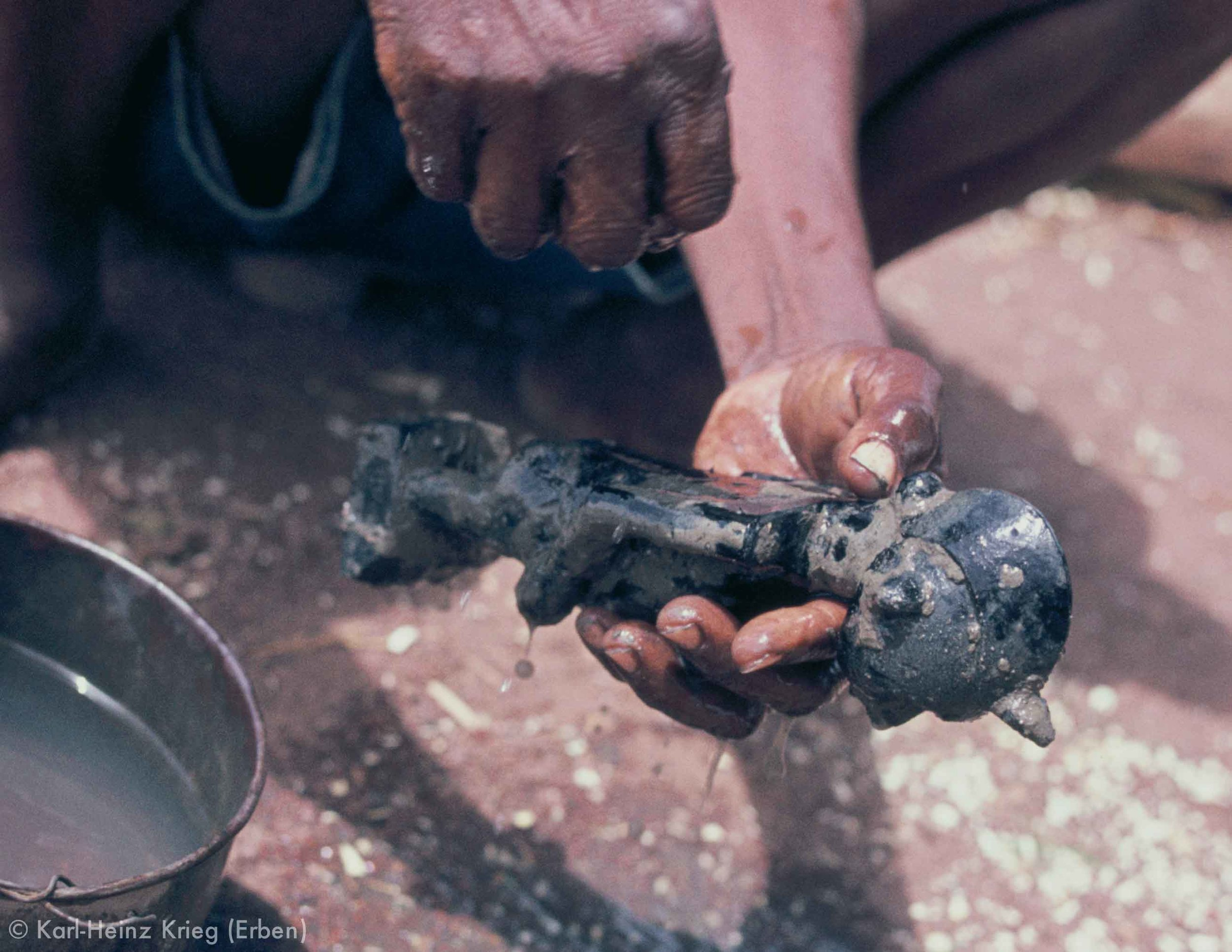 After drying the figure is rinsed with water to remove the mud. Photo: Karl-Heinz Krieg, Sirasso (Region of Boundiali, Côte d'Ivoire), 1978