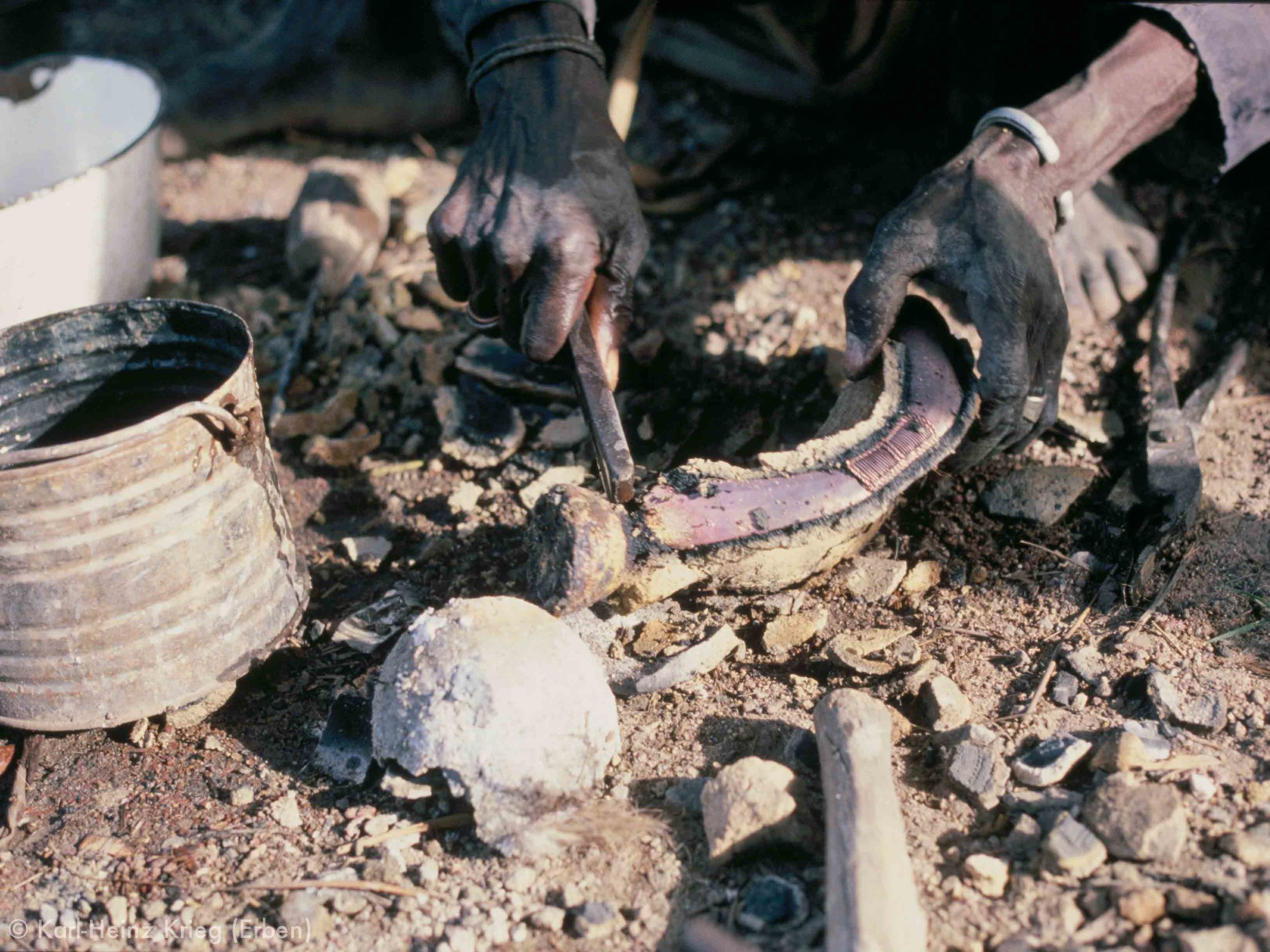 Clay cleaned off bronze bracelet. Photo: Karl-Heinz Krieg, Nafoun (Region of Boundiali, Côte d'Ivoire), 1978