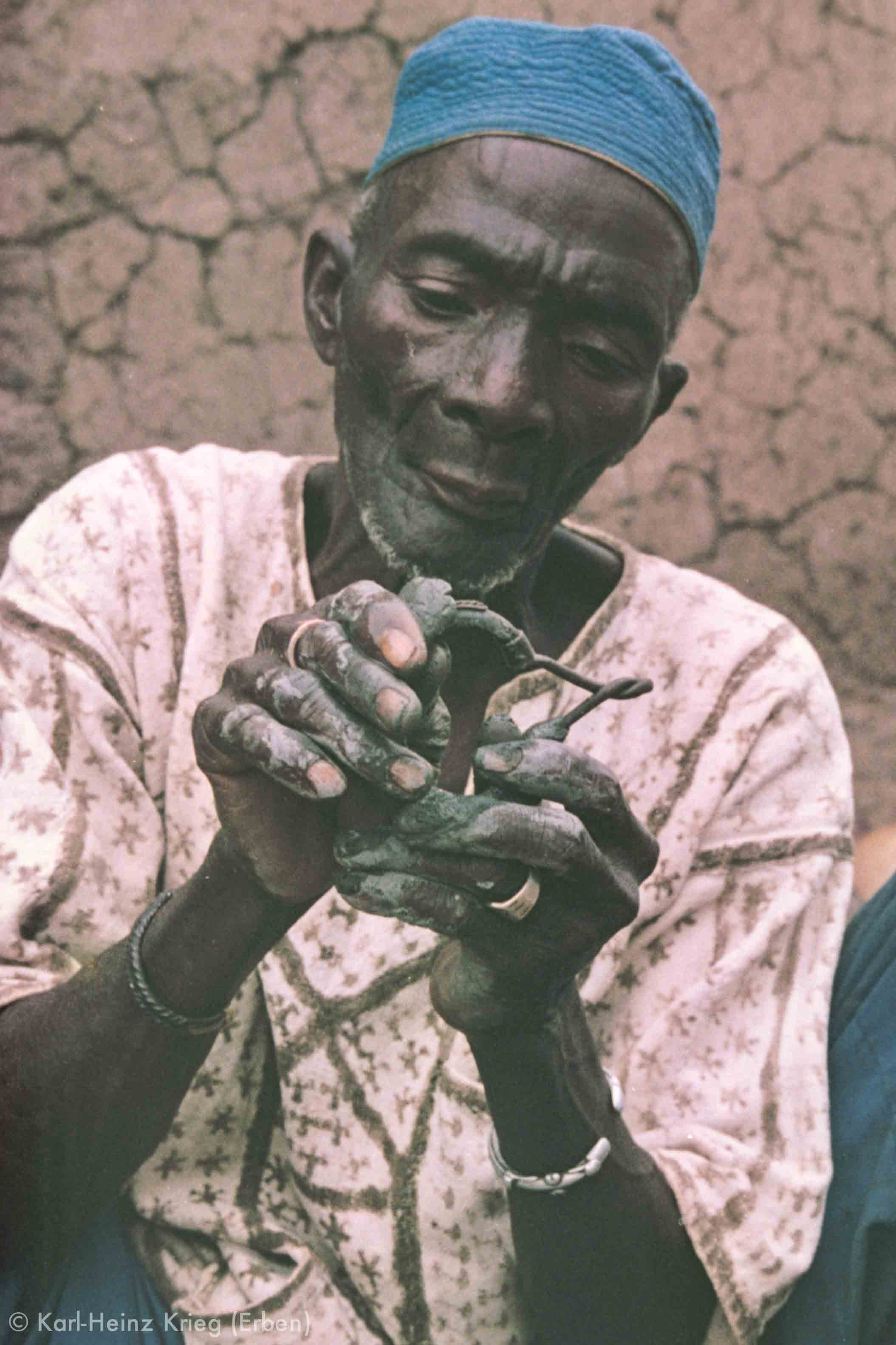 Kolo Silué covering a wax model with clay. Photo: Karl-Heinz Krieg, Nafoun (Region of Boundiali, Côte d'Ivoire), 1977