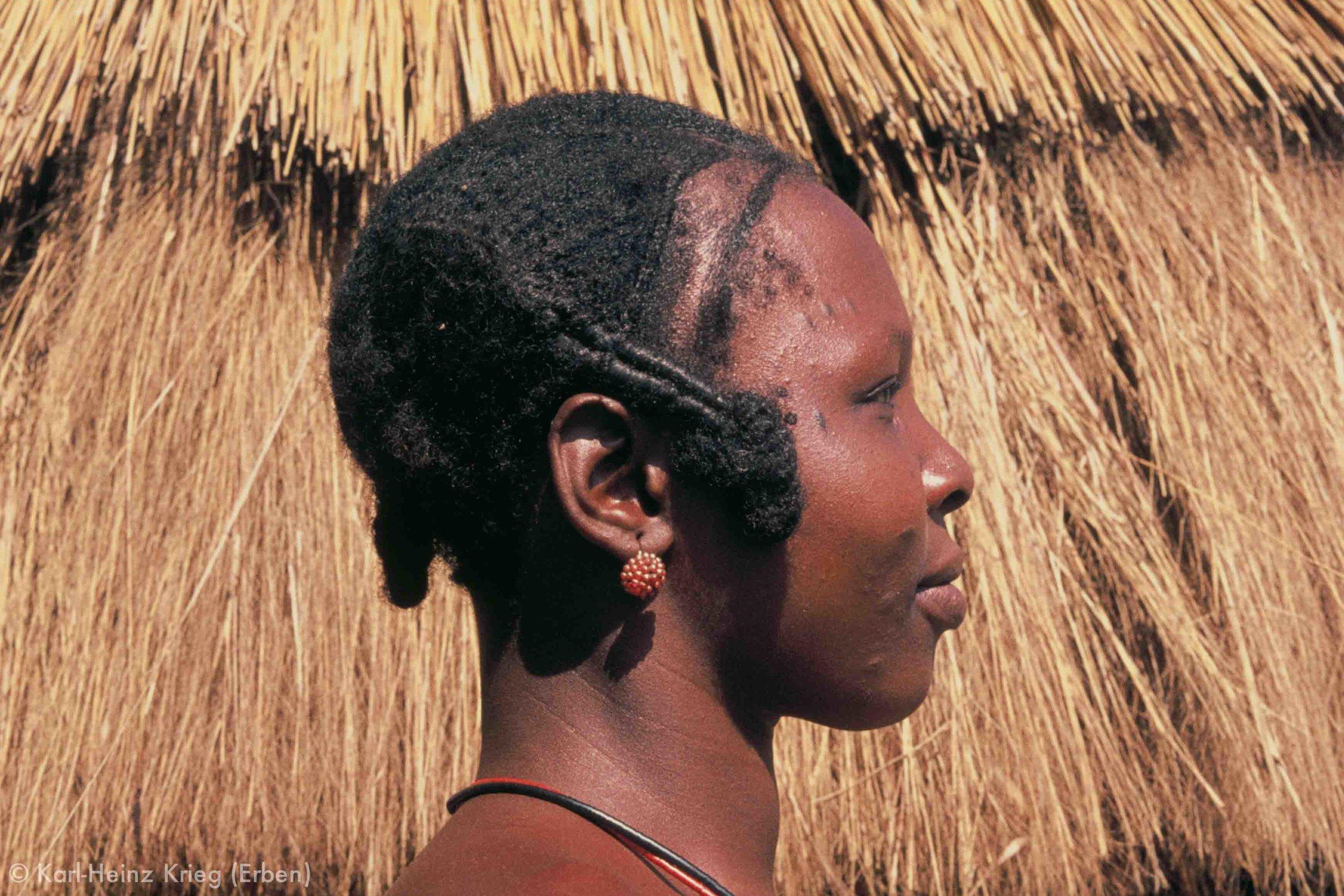 Senufo-Frau mit traditioneller Frisur in Zékaha (Region von Boundiali, Côte d'Ivoire). Foto: Karl-Heinz Krieg, 1976