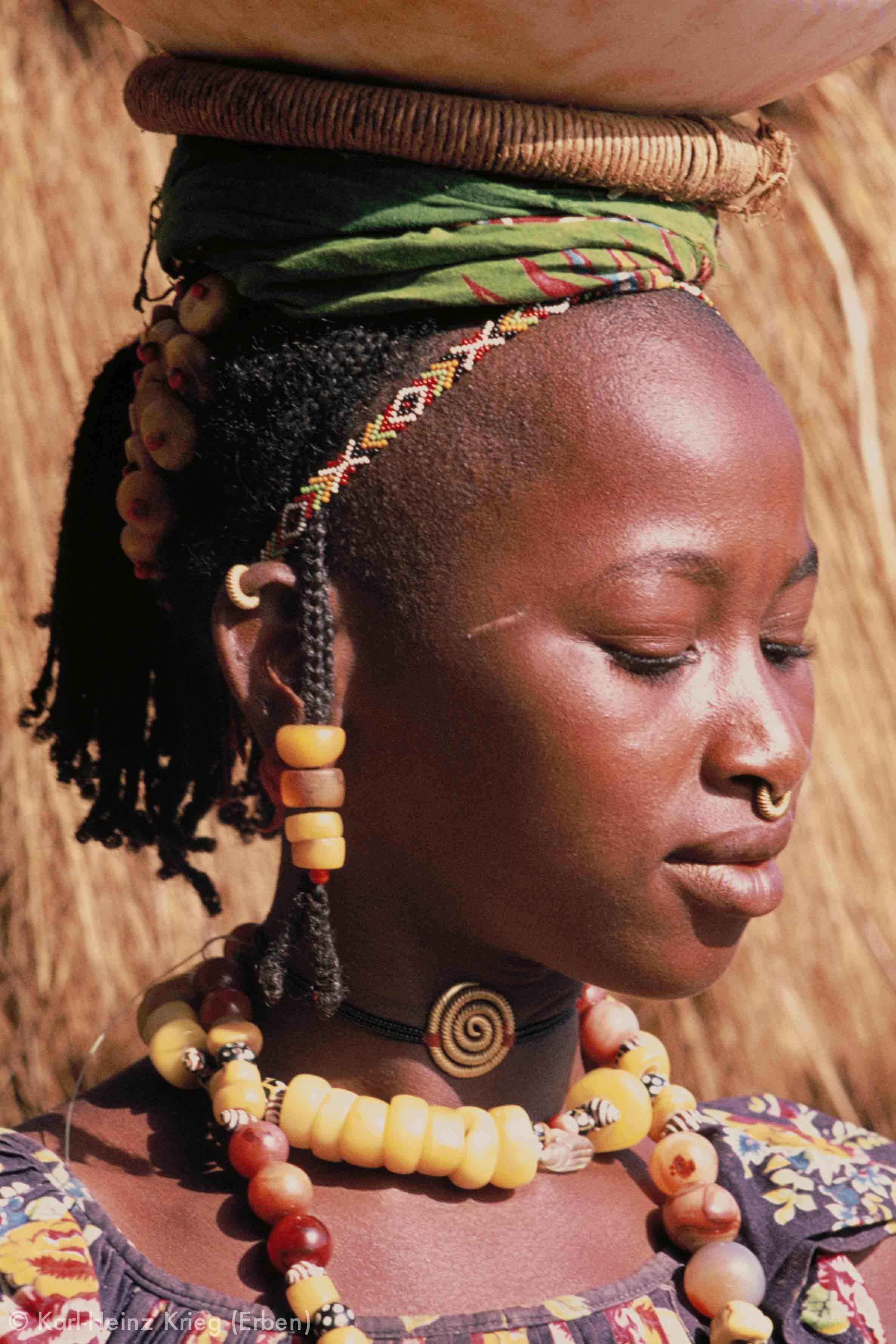 Fulani-Frau mit traditionellem Schmuck in Zékaha (Region von Boundiali, Côte d'Ivoire). Foto: Karl-Heinz Krieg, 1976