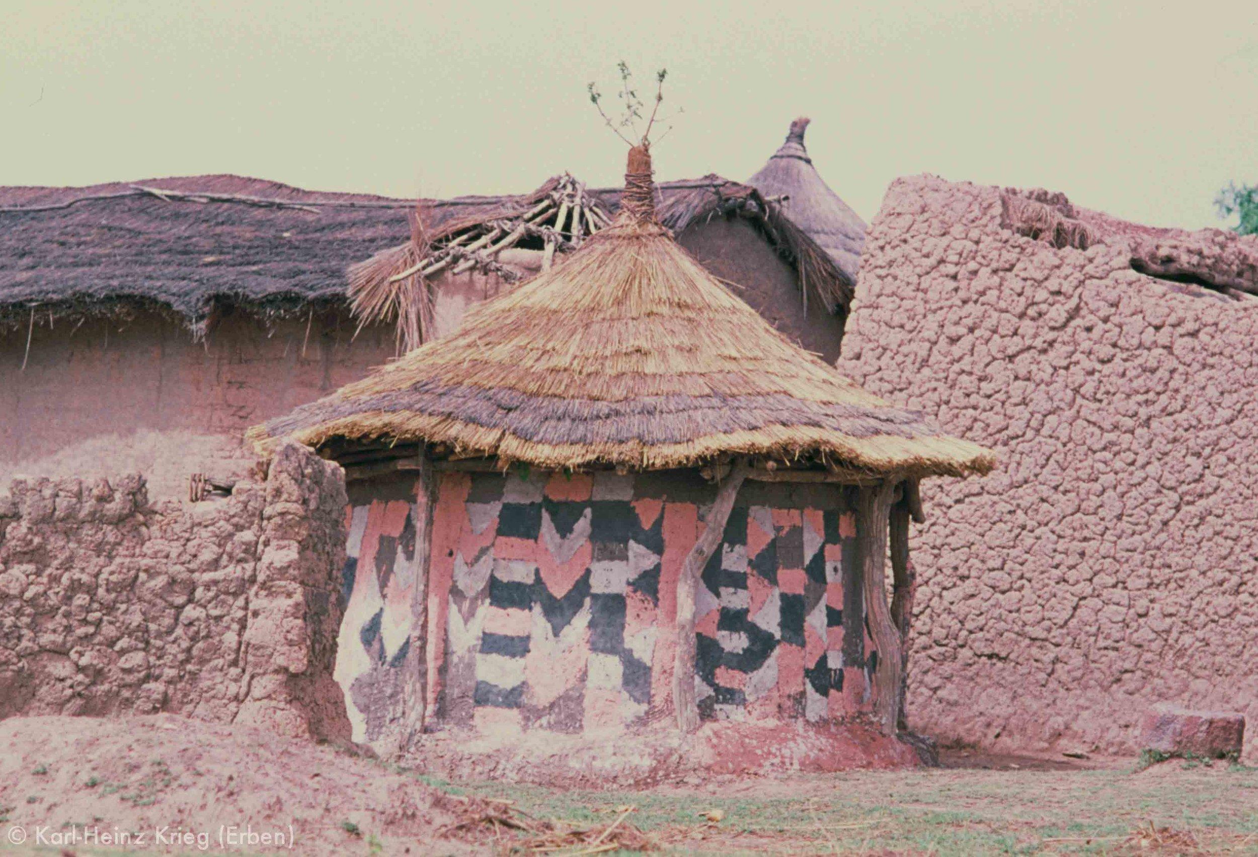 Bemaltes Haus in Kanakono (Region von Tengréla, Côte d'Ivoire). Foto: Karl-Heinz Krieg, 1976