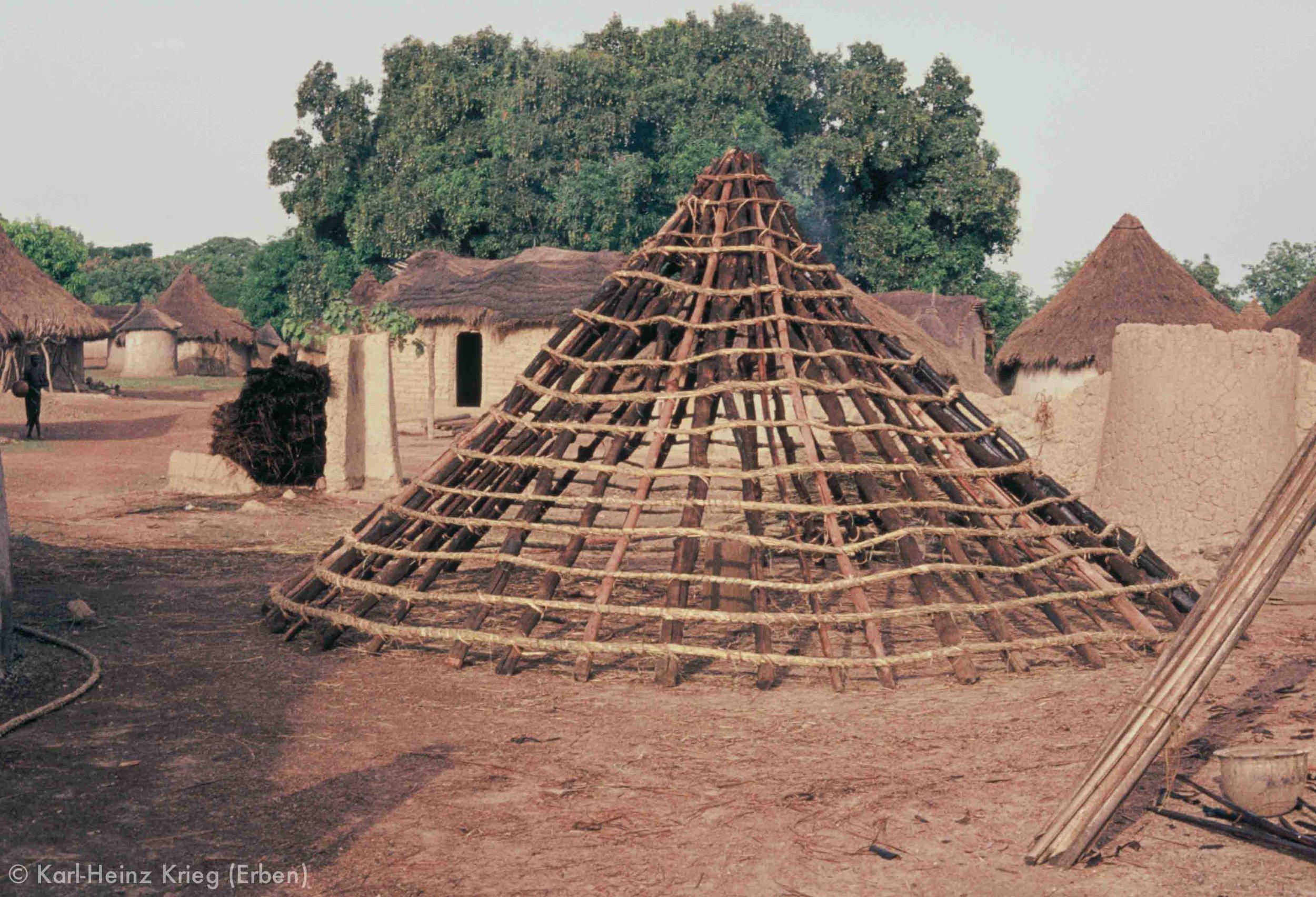Bau eines Hüttendaches in Sisséplé (Region von Boundiali, Côte d'Ivoire). Foto: Karl-Heinz Krieg, 1976