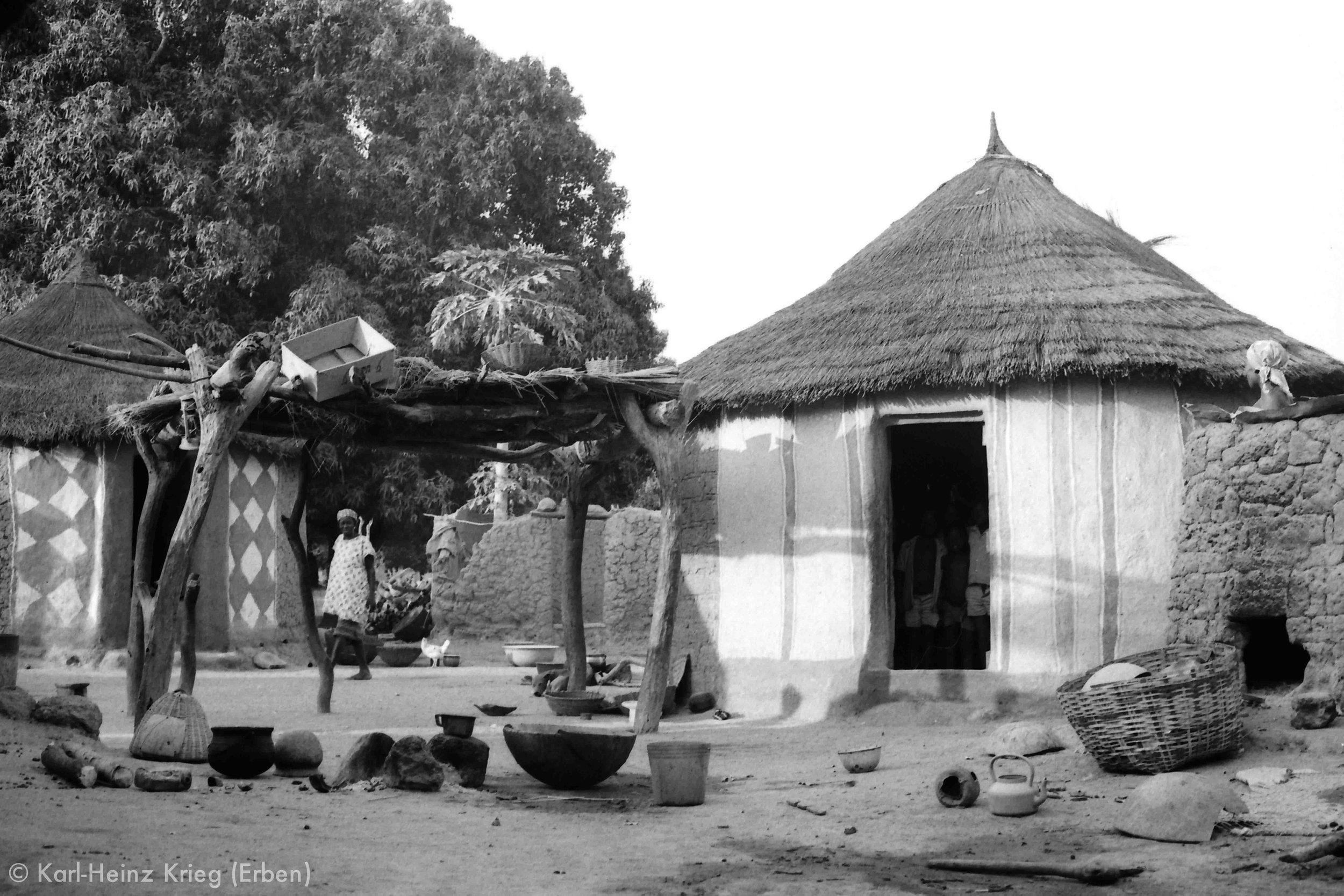 Bemalte Frauenhäuser in Diamankani (Region von Tengréla, Côte d'Ivoire). Foto: Karl-Heinz Krieg, 1978