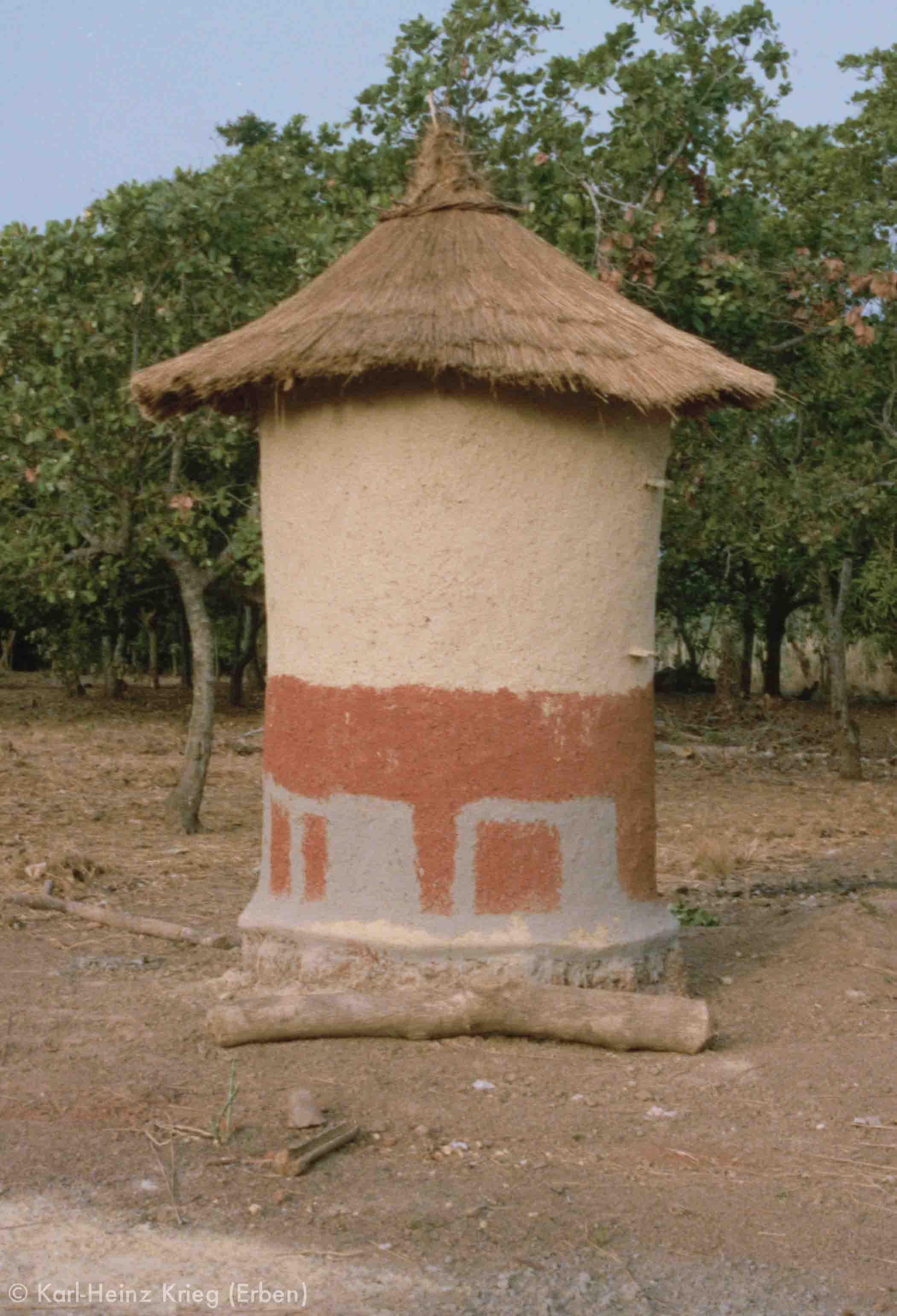 Bemalter Getreidespeicher in Poundiou (Region von Boundiali, Côte d'Ivoire). Foto: Karl-Heinz Krieg, 1980