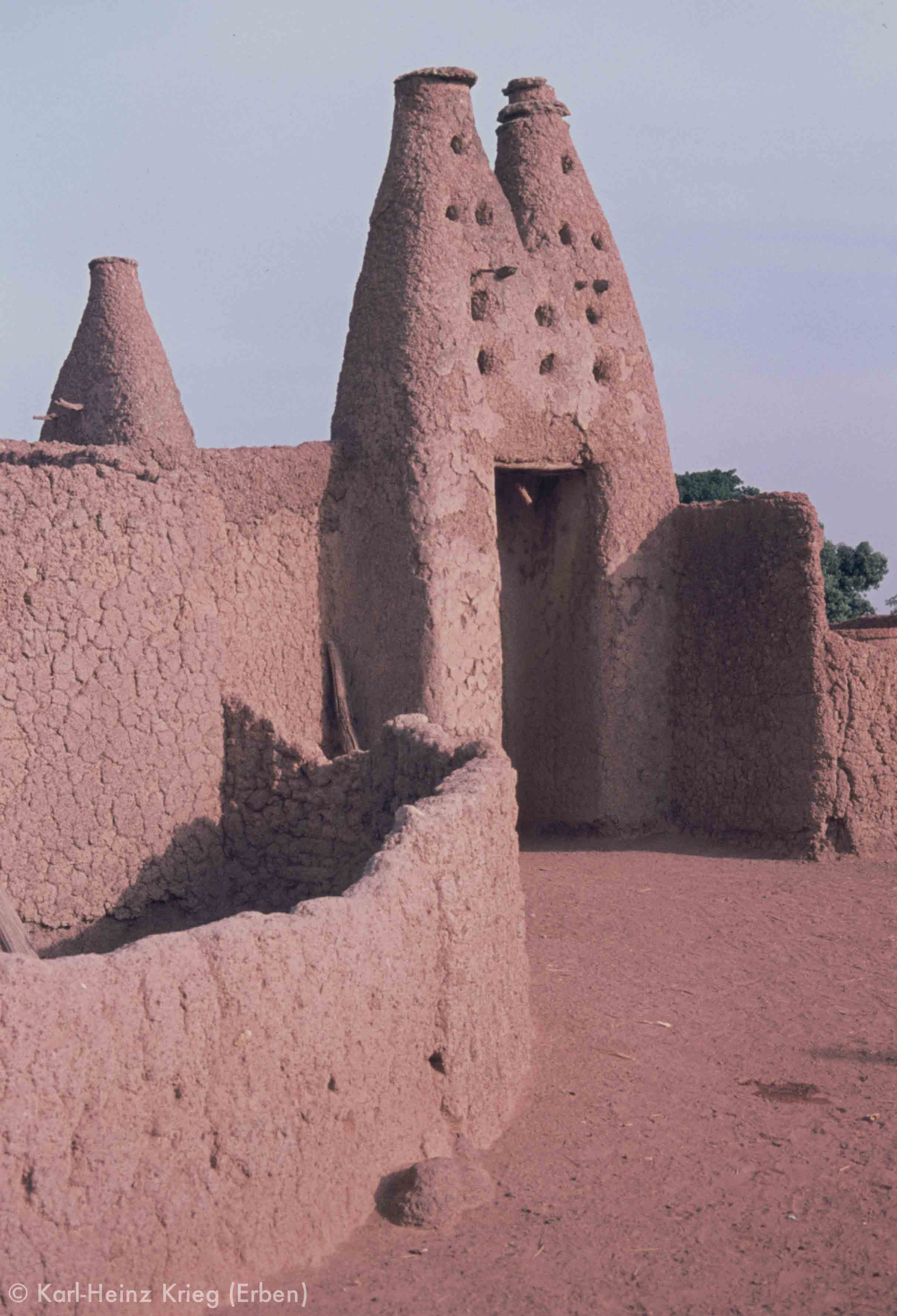 Eingang zu einem Dorfteil in Papara (Region von Tengréla, Côte d'Ivoire). Foto: Karl-Heinz Krieg, 1977-1979