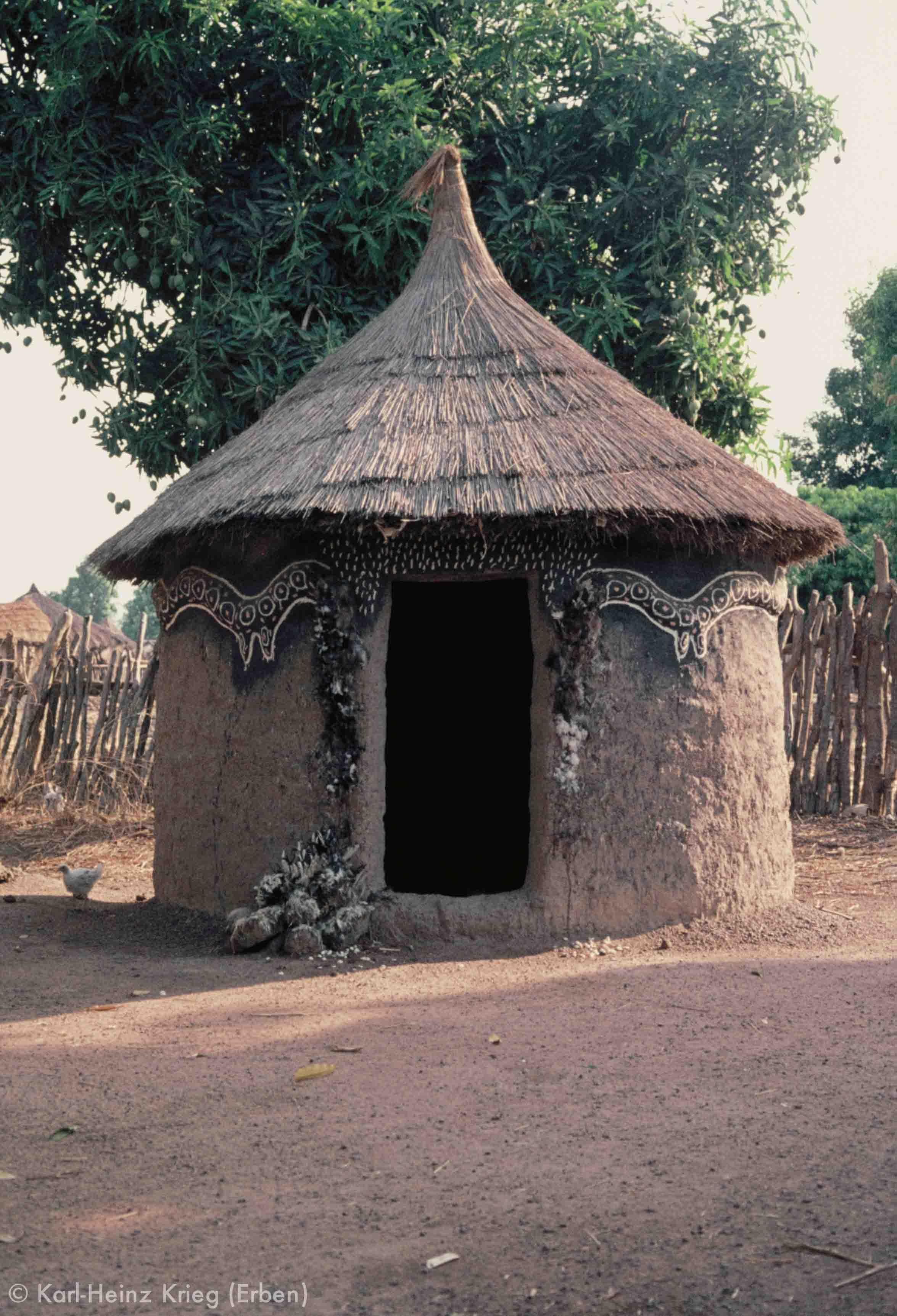 Sando-Hütte mit Schlangen-Relief. Foto: Karl-Heinz Krieg, 1977-1979
