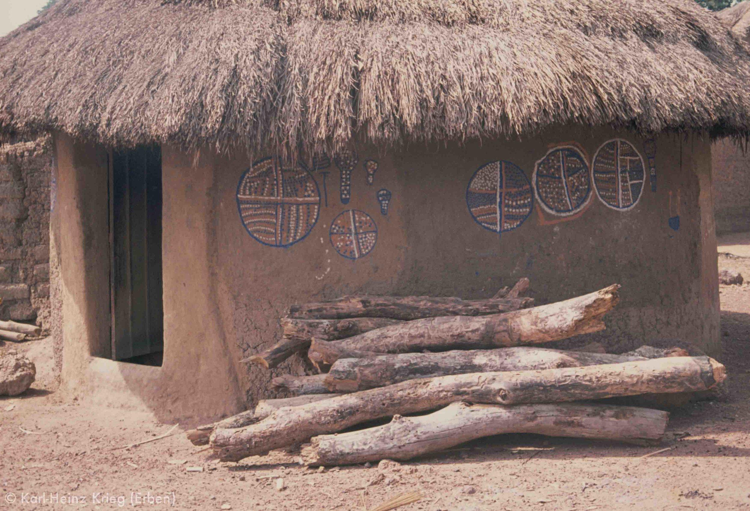 Hausmalerei von Mädchen in Zékaha (Region von Boundiali, Côte d'Ivoire). Foto: Karl-Heinz Krieg, 1977-1979
