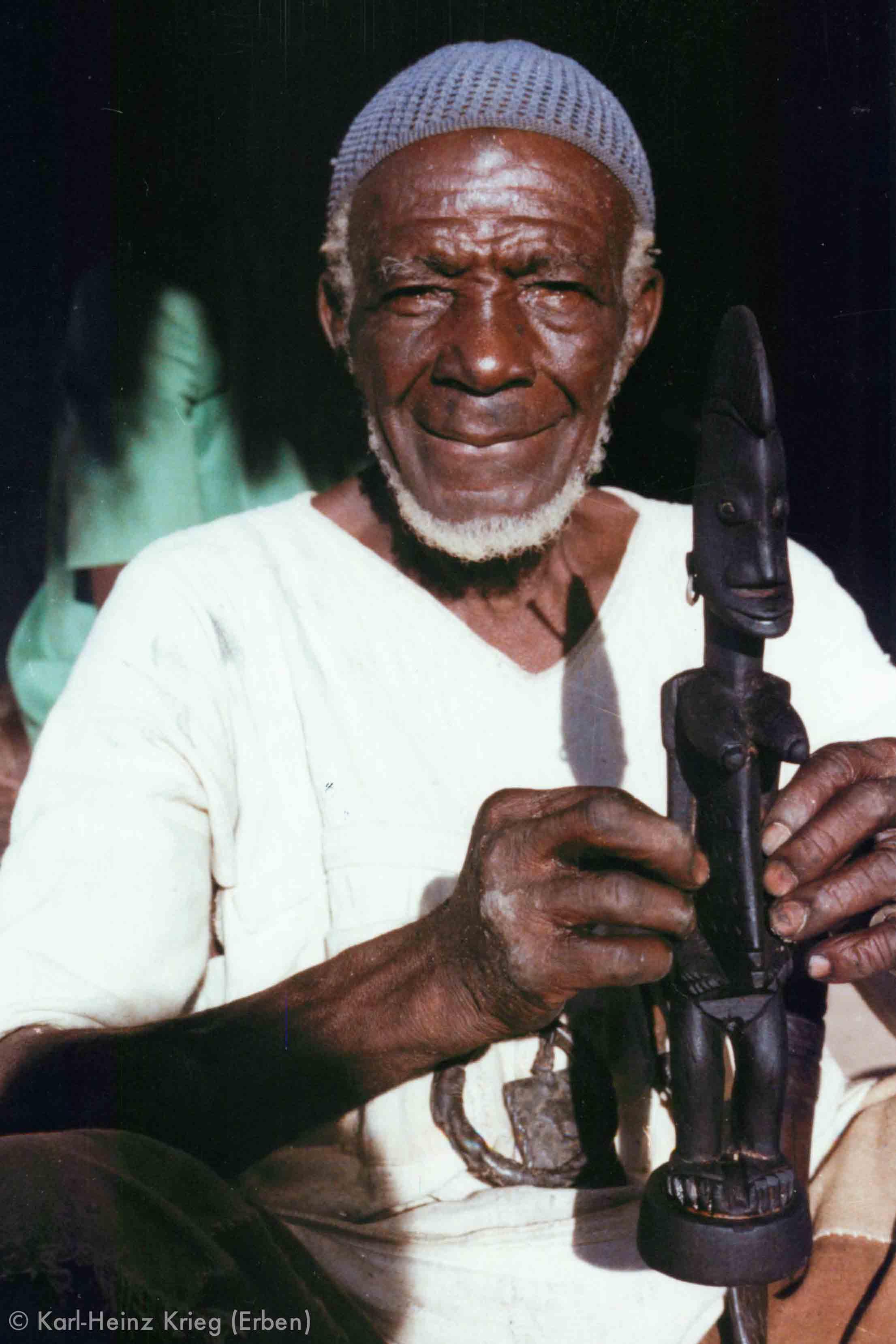 Tinnin Fané with the recently finished figure. Photo: Karl-Heinz Krieg, Fakola (Mali), 1981