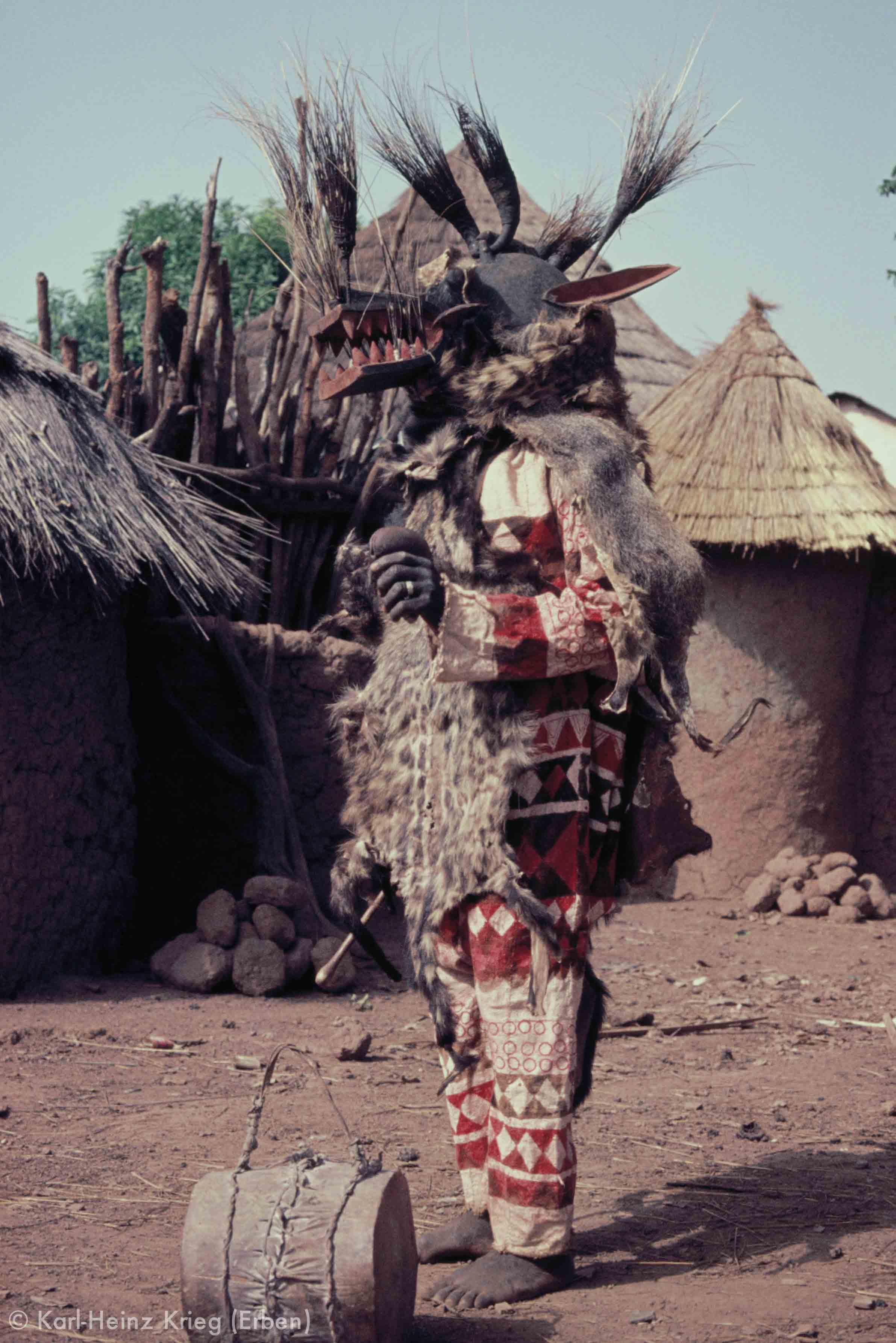 Kalamito -Maske (geschnitzt von Fonourougo Koné aus Nafoun) der Fono von Nafoun bei einer Beerdigung. Foto: Karl-Heinz Krieg, Fononlara (Region von Boundiali, Côte d'Ivoire), 1977-1979