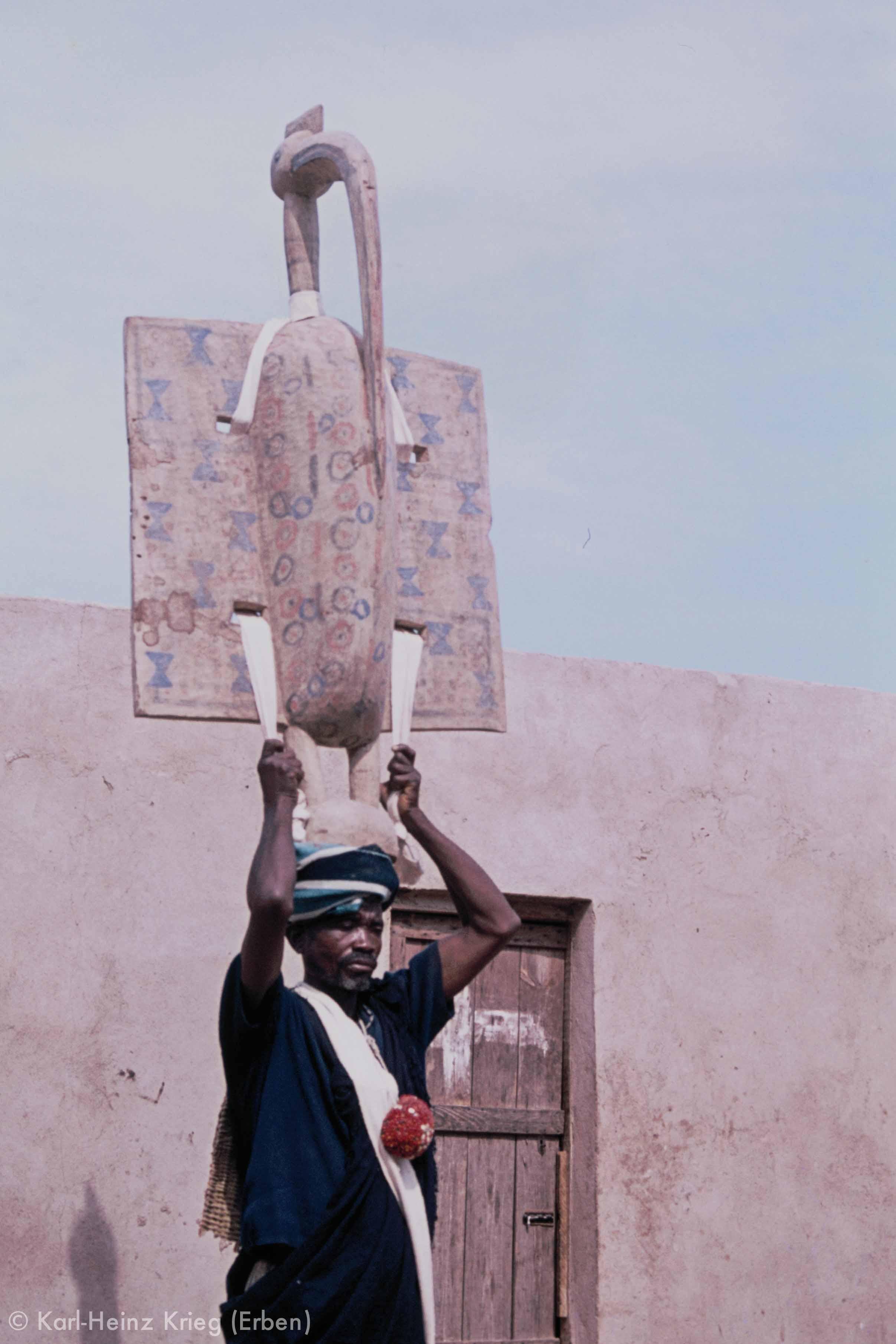 Tanz des großen Poro-Vogels ( Fodjori ), nachgestellt mit einer alten Vogelmaske aus dem Besitz der Poro-Ältesten von Gbon (geschnitzt in Zanguinasso). Foto: Karl-Heinz Krieg, Gbon (Region von Boundiali, Côte d'Ivoire), 1978