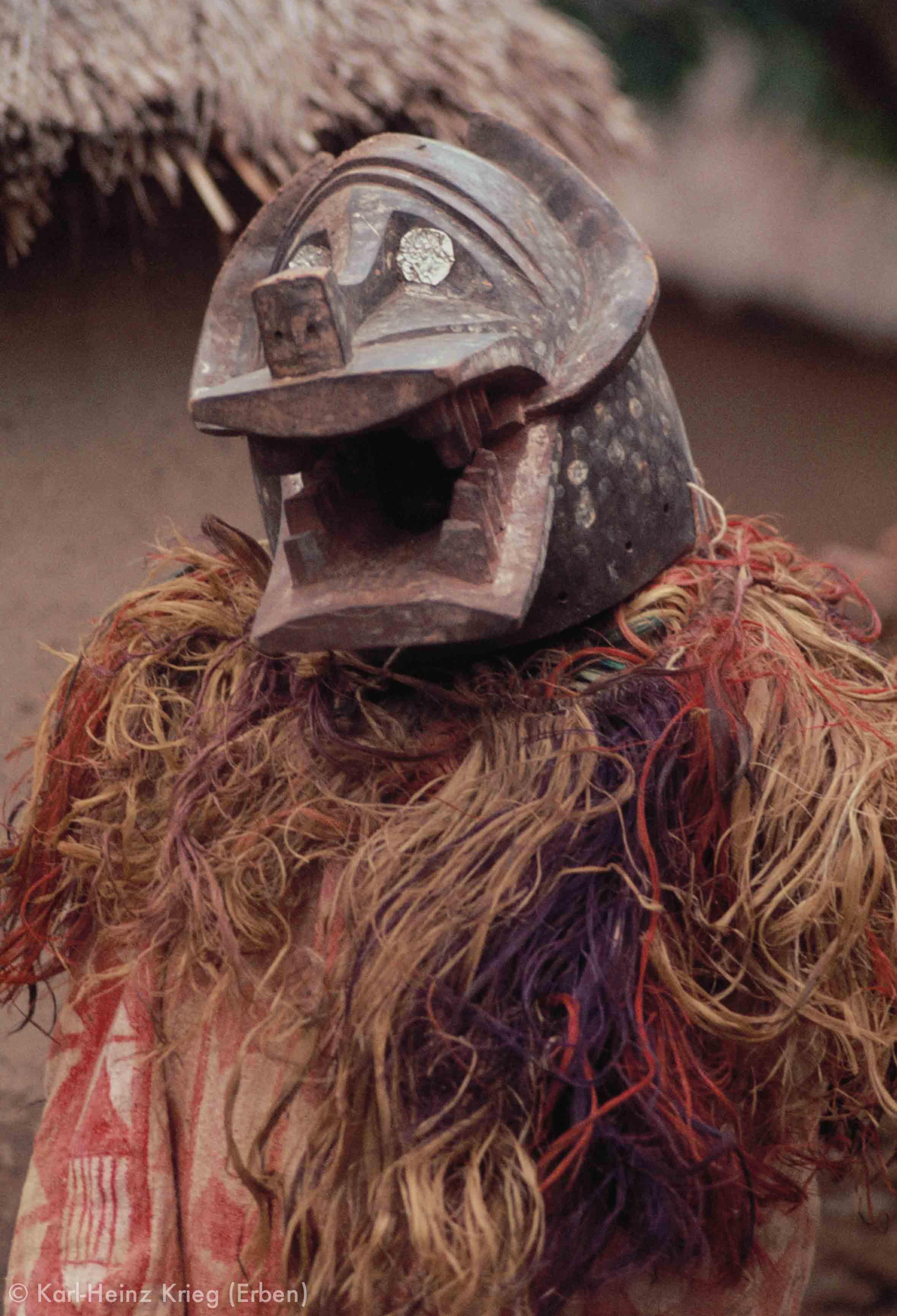 Kpa -Maske, die eine Hyäne darstellt (laut Karna Sorho geschnitzt von Miemmouhou Ouattara aus Kiéré). In der Gegend südlich von Boundiali waren vor allem bei den Numu Kpa-Gesellschaften verbreitet, die mit Helmmasken z.B. bei Beerdigungen auftraten. Foto: Karl-Heinz Krieg, Kiéré (Region von Boundiali, Côte d'Ivoire), 1977
