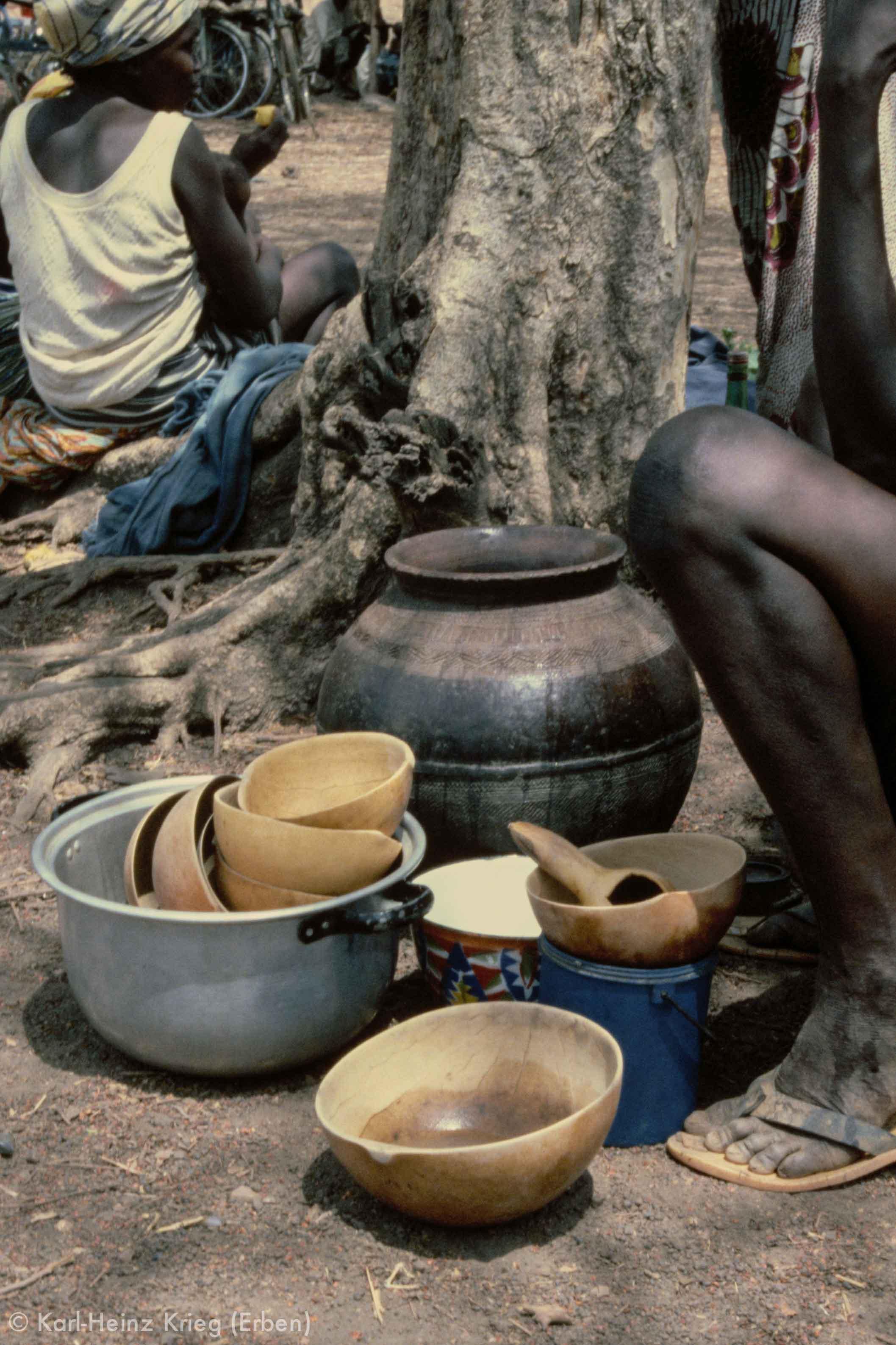 Biermarkt. Foto: Karl-Heinz Krieg, Niankorodougou (Region von Banfora, Burkina Faso), 1980
