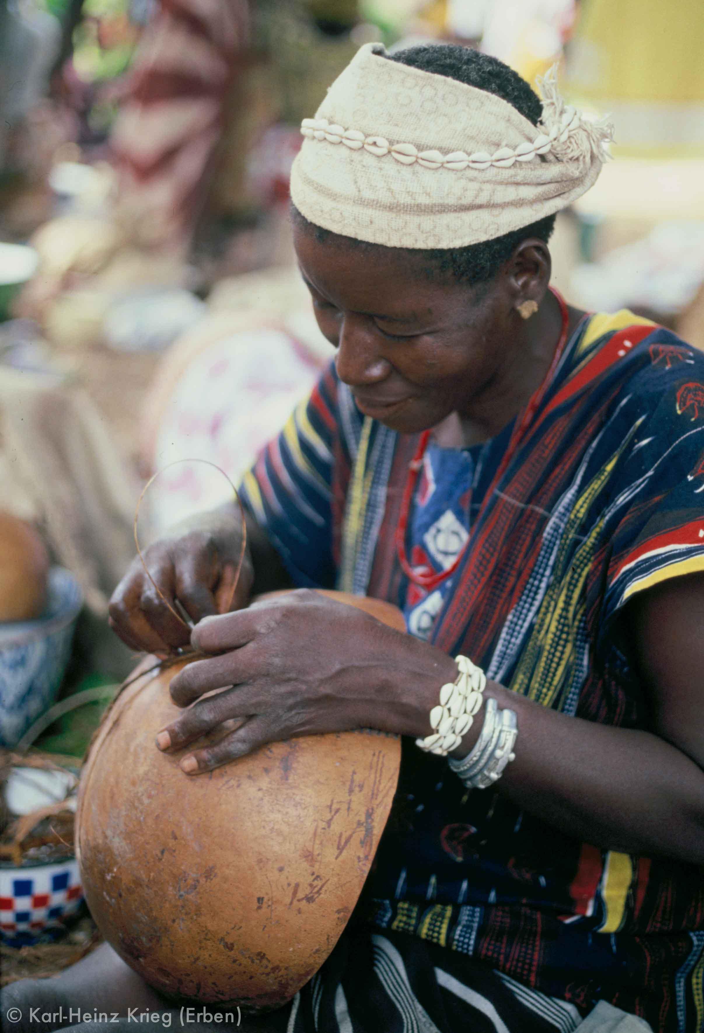Sando-Frau repariert Kalebassen. Foto: Karl-Heinz Krieg, Tiasso (Region von Boundiali, Côte d'Ivoire), 1978