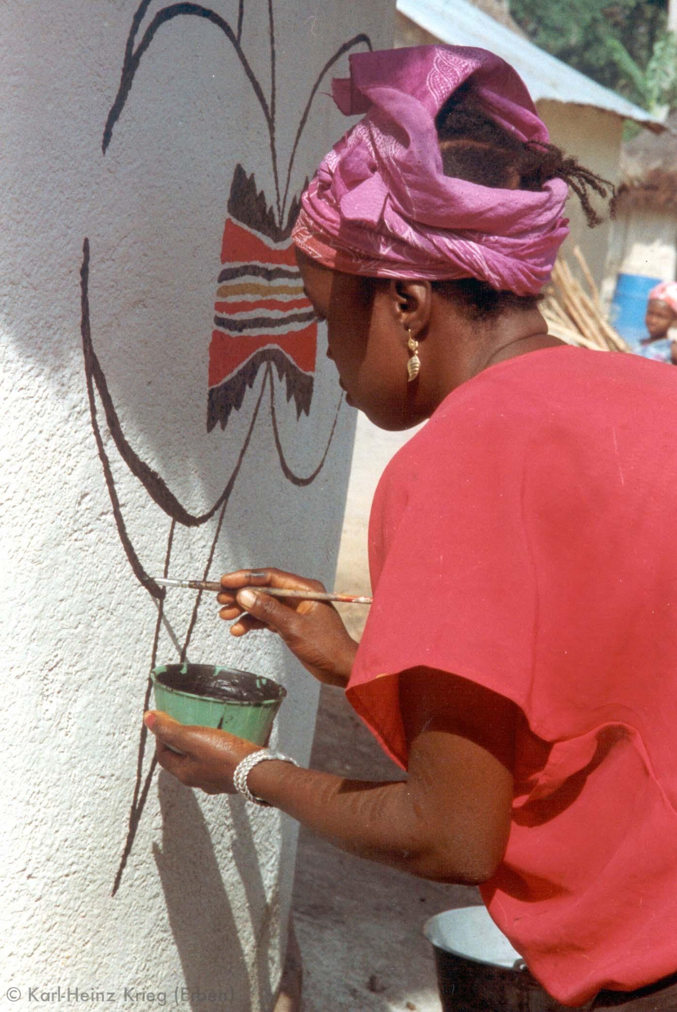 Kolouma Sovogi bemalt ein Haus. Foto: Karl-Heinz Krieg, Segbémé (Guinea), 1996