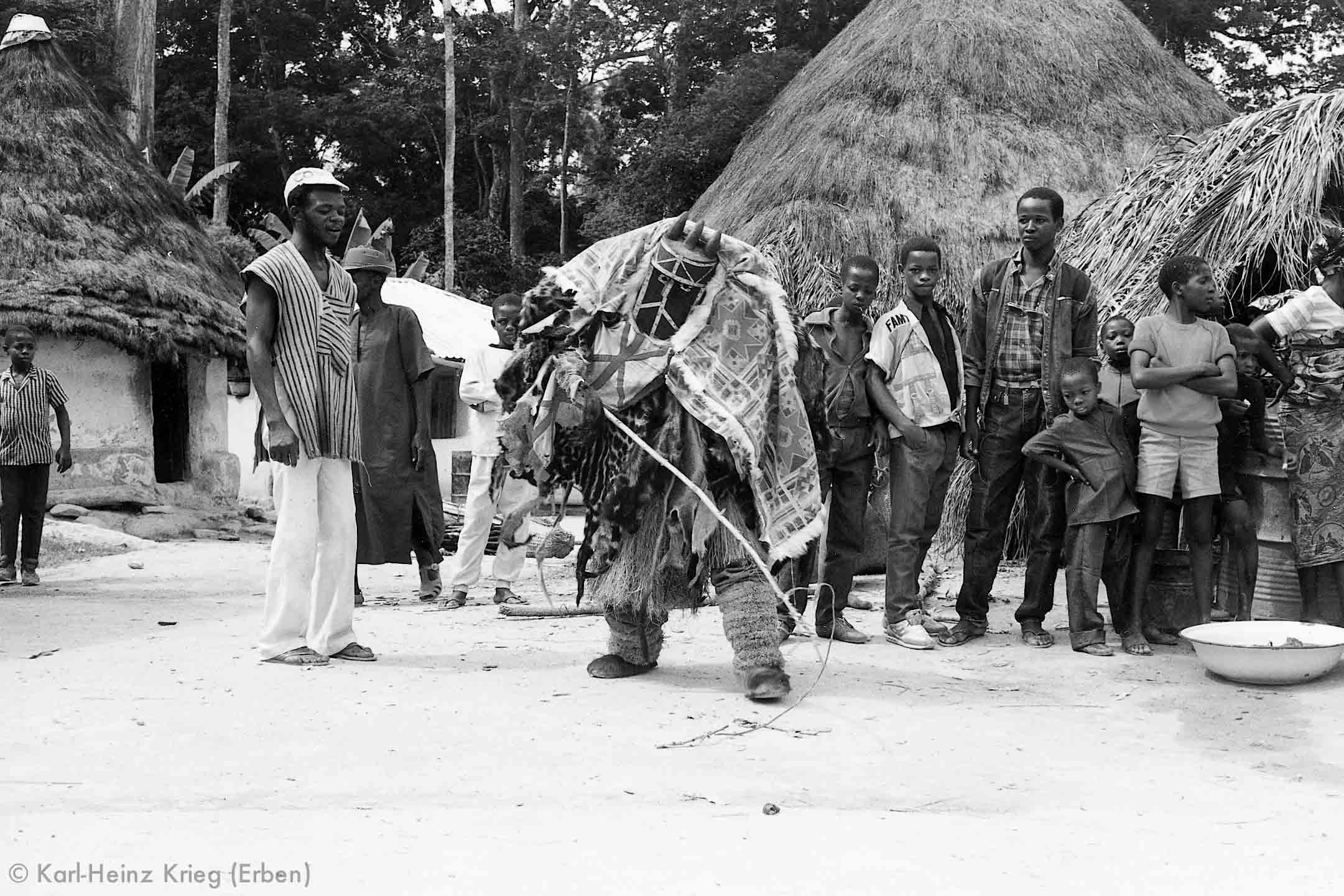 Tanz der Angbai-Maske. Foto: Karl-Heinz Krieg, Segbémé (Guinea), 1989