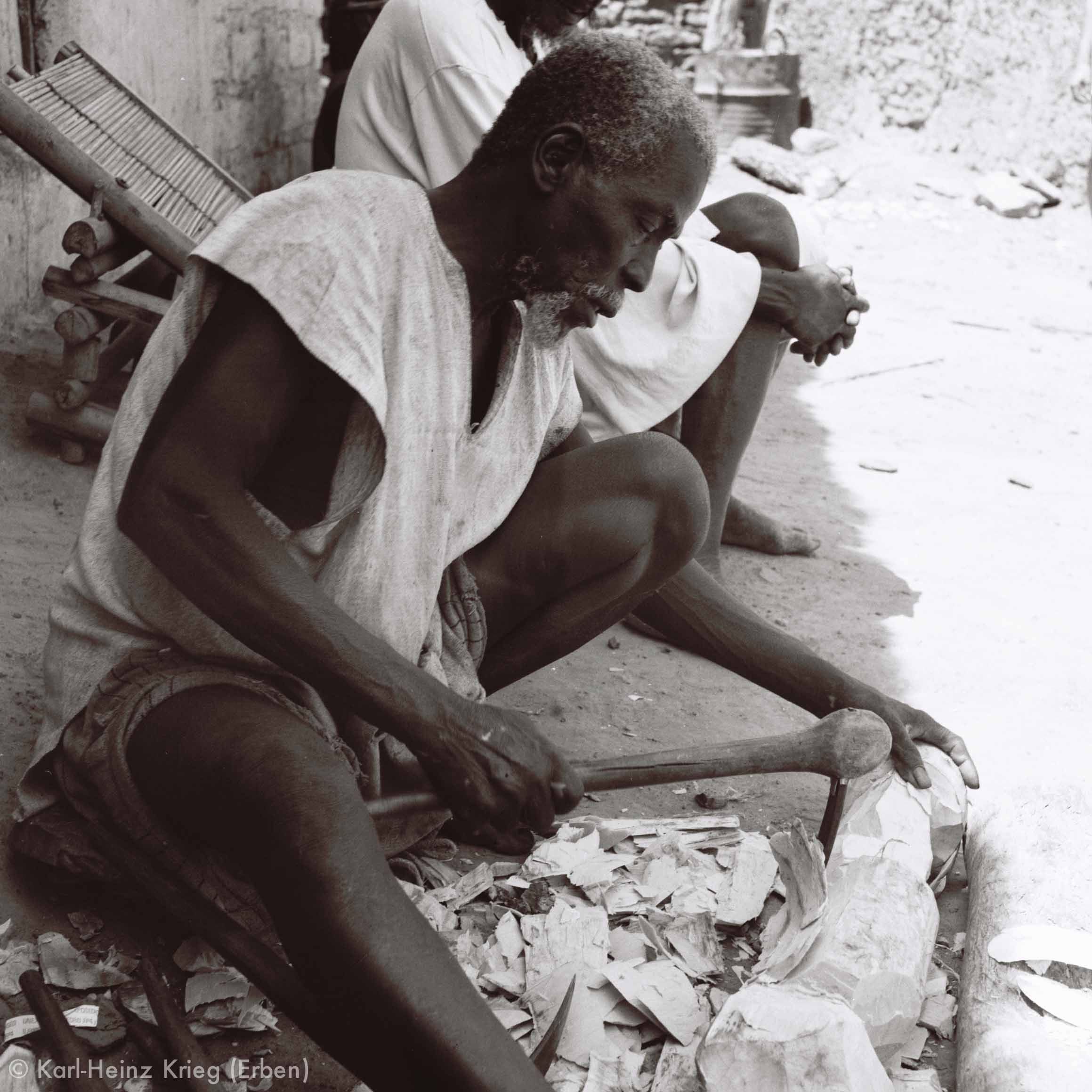 Ynadjo Koné carving in his workplace. Photo: Karl-Heinz Krieg, Kolia (Region of Boundiali, Côte d'Ivoire), 1977