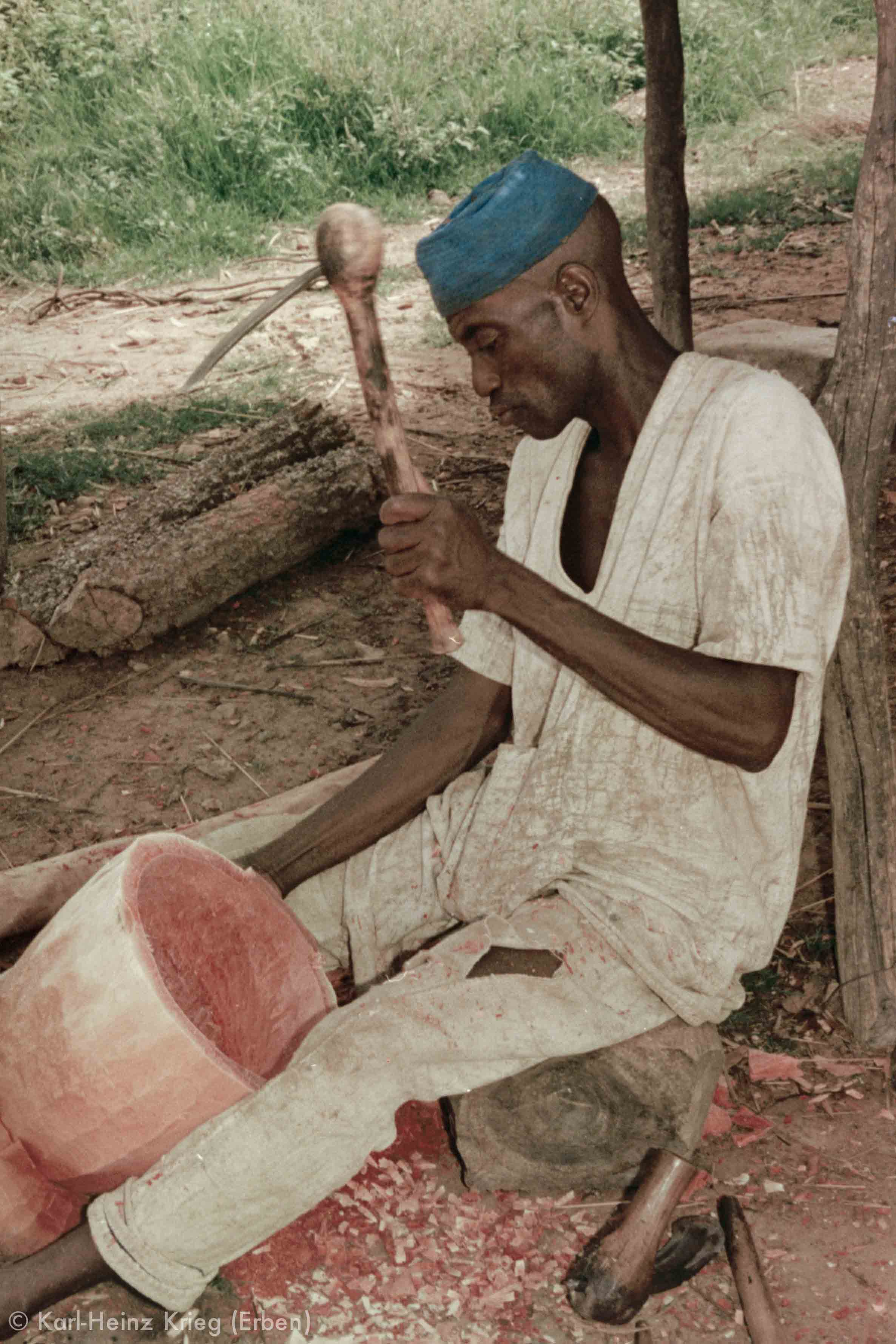 Kaparagnéné Koné carving in his workplace. Photo: Karl-Heinz Krieg, Kolia (Region of Boundiali, Côte d'Ivoire), 1977