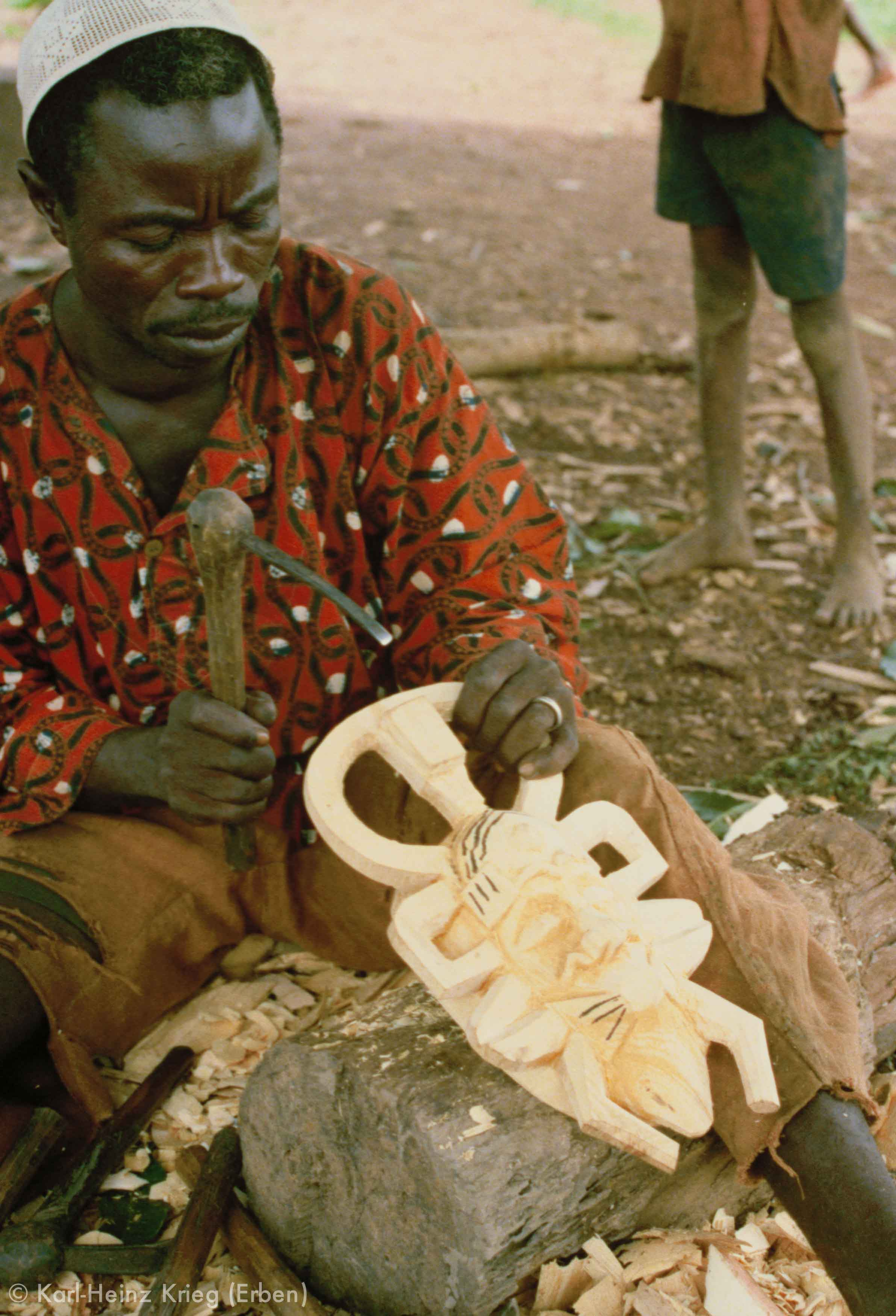 Sécondjéwin Dagnogo carving a mask with an adze. Ziédougou (Region of Boundiali, Côte d'Ivoire), 1980.Photo: Karl-Heinz Krieg