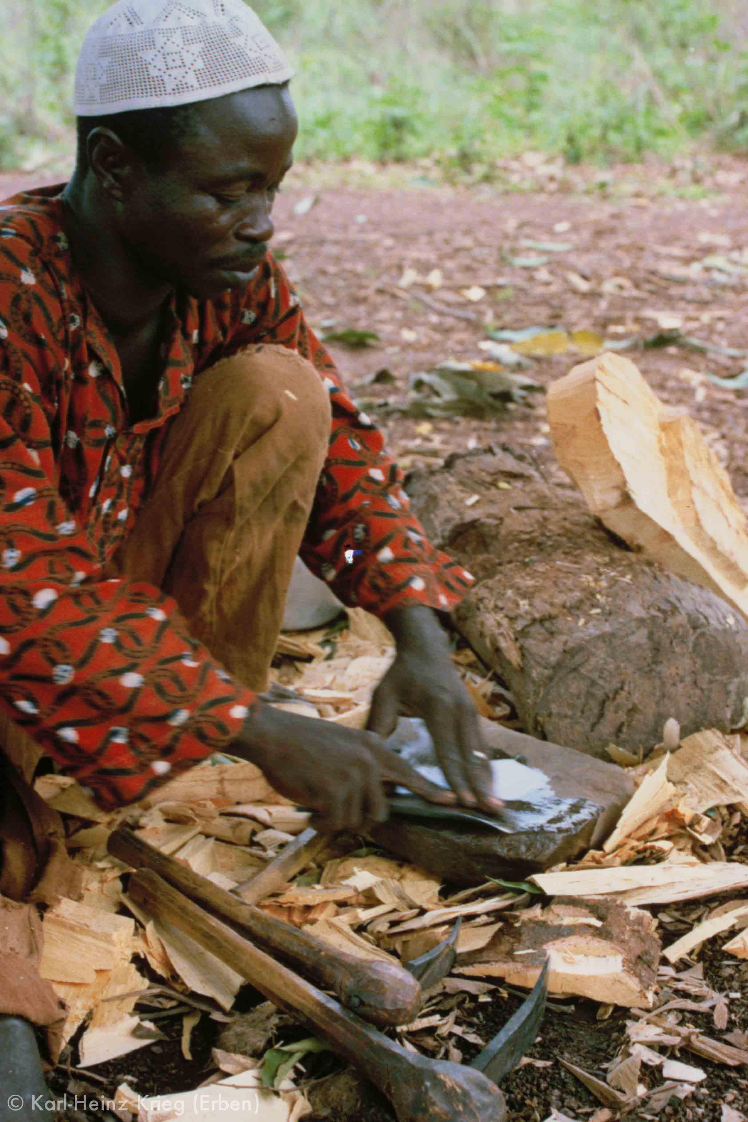 Sécondjéwin Dagnogo sharpening toos.Ziédougou (Region of Boundiali, Côte d'Ivoire), 1980.Photo: Karl-Heinz Krieg