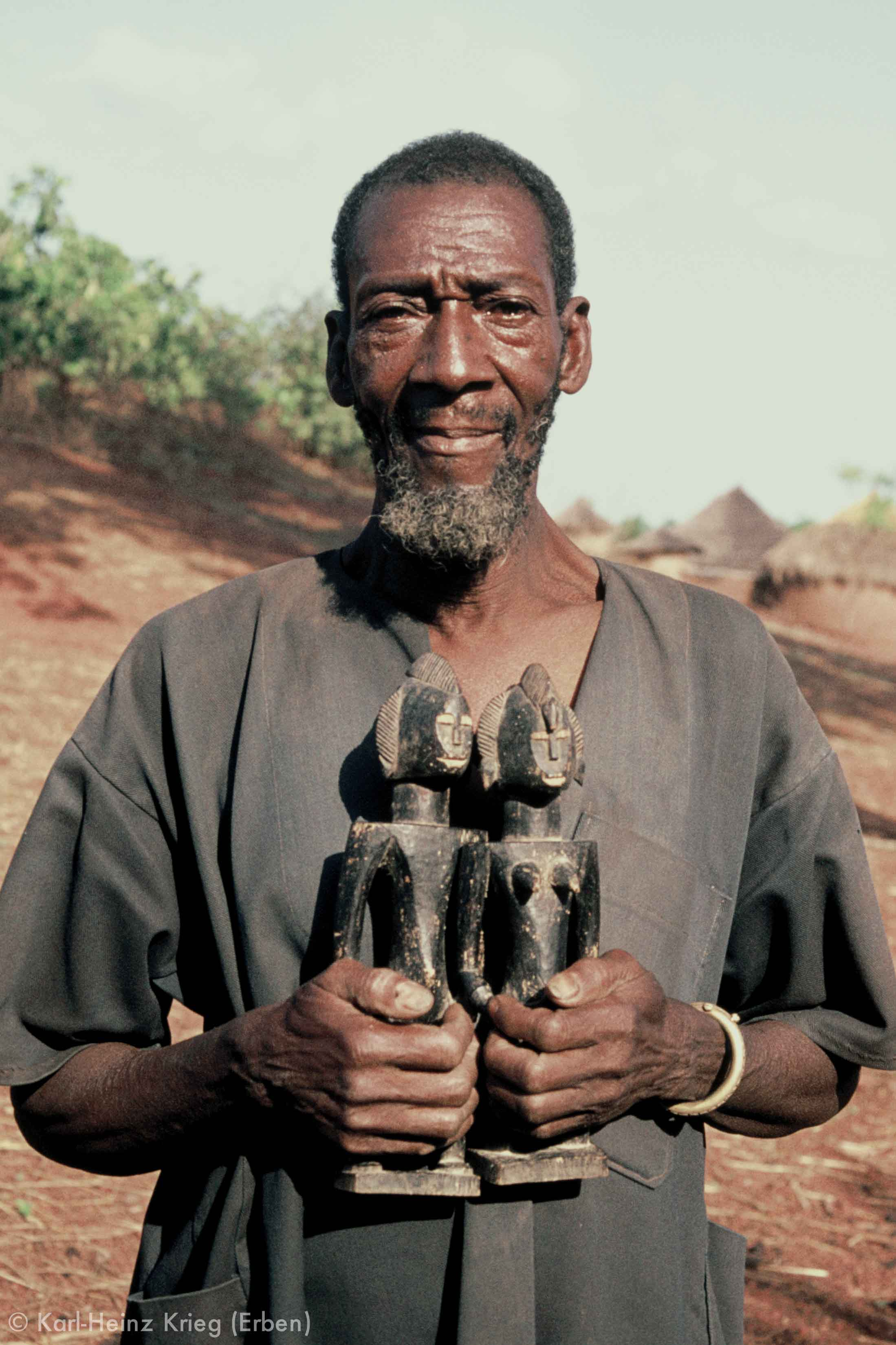 Dossounon Koné with a pair of figures made by him. Photo: Karl-Heinz Krieg, Odia (Region of Boundiali, Côte d'Ivoire), 1976
