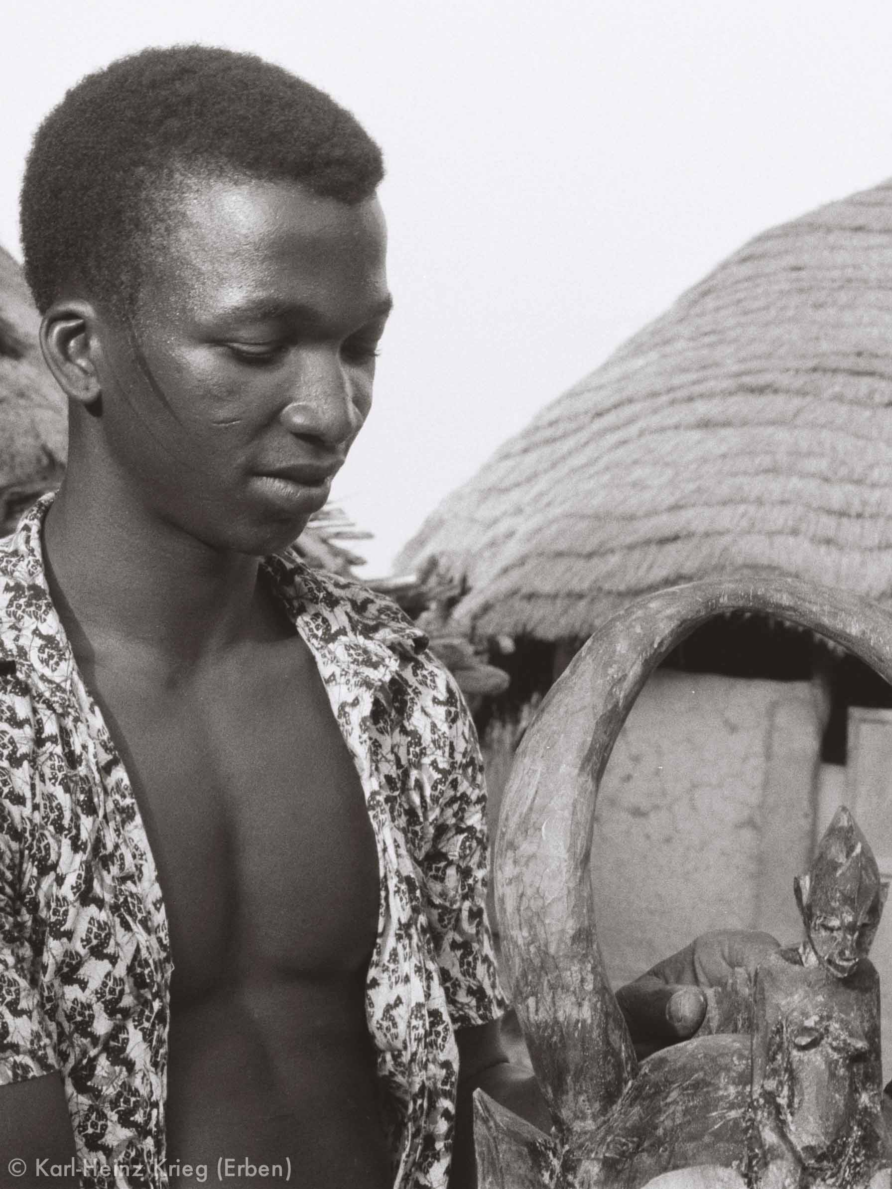 His son Klana Ouattara (1955– ) with a newly carved helmet mask. Photo: Karl-Heinz Krieg, Nafoun (Region of Boundiali, Côte d'Ivoire), 1975