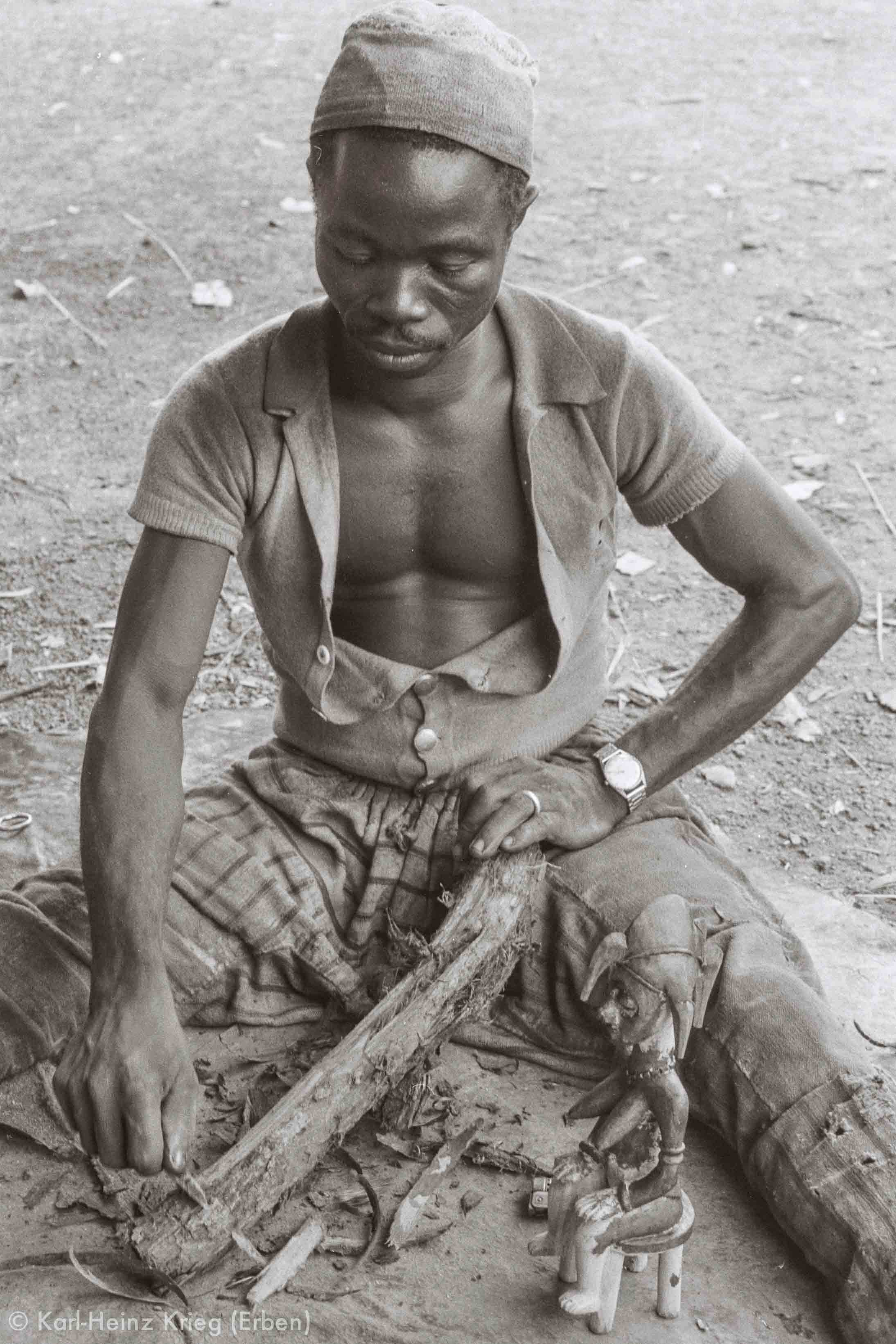 Sécondjéwin Dagnogo making red pigment from a tree root. Poundiou (Region of Boundiali, Côte d'Ivoire), 1975. Photo: Karl-Heinz Krieg