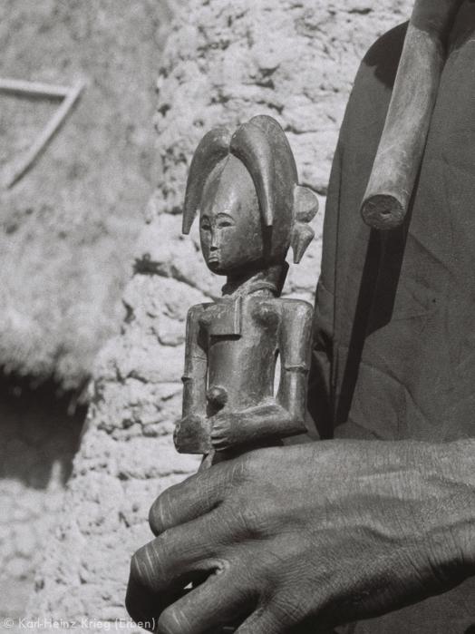 Male figure carved by Kolotielema Dagnogo. Photo: Karl-Heinz Krieg, Poundiou (Region of Boundiali), 1974