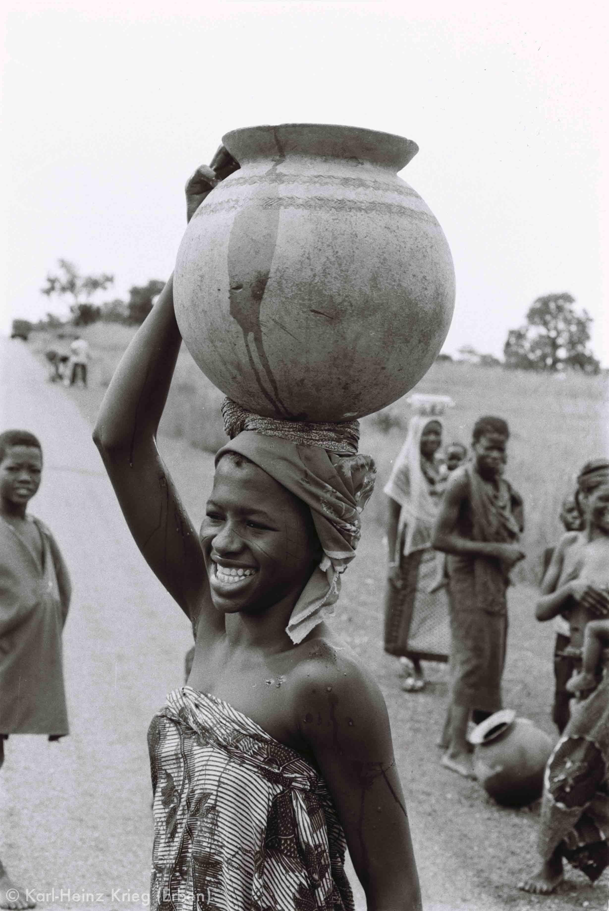 Mosi-Frau beim Wasser holen mit einem Tonkrug, südlich von Ouagadougou (Burkina Faso). Foto: Karl-Heinz Krieg, 1976