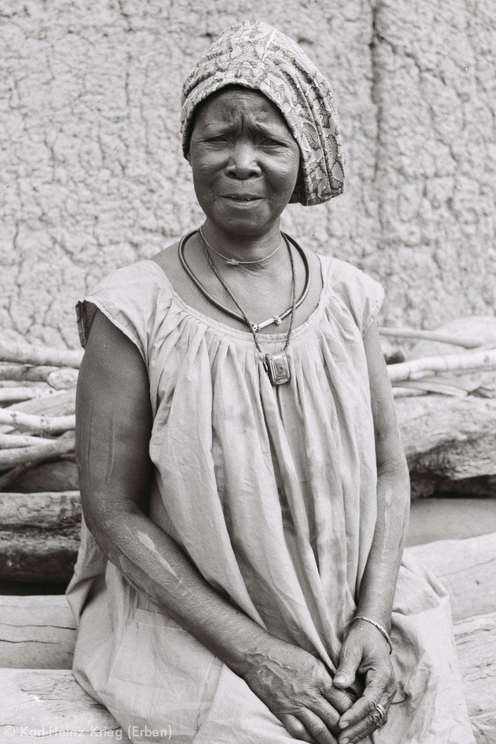 Numu-Töpferin Mano Koromoa aus Zekaha (Region von Boundiali, Côte d'Ivoire). Foto: Karl-Heinz Krieg, 1973
