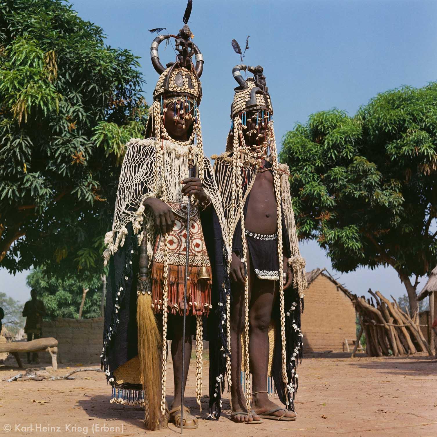 Niyuo -Sänger mit  Dagu -Helmen und Stab. Foto: Karl-Heinz Krieg, Sisseplé (Region von Boundiali, Côte d'Ivoire), 1963-1974