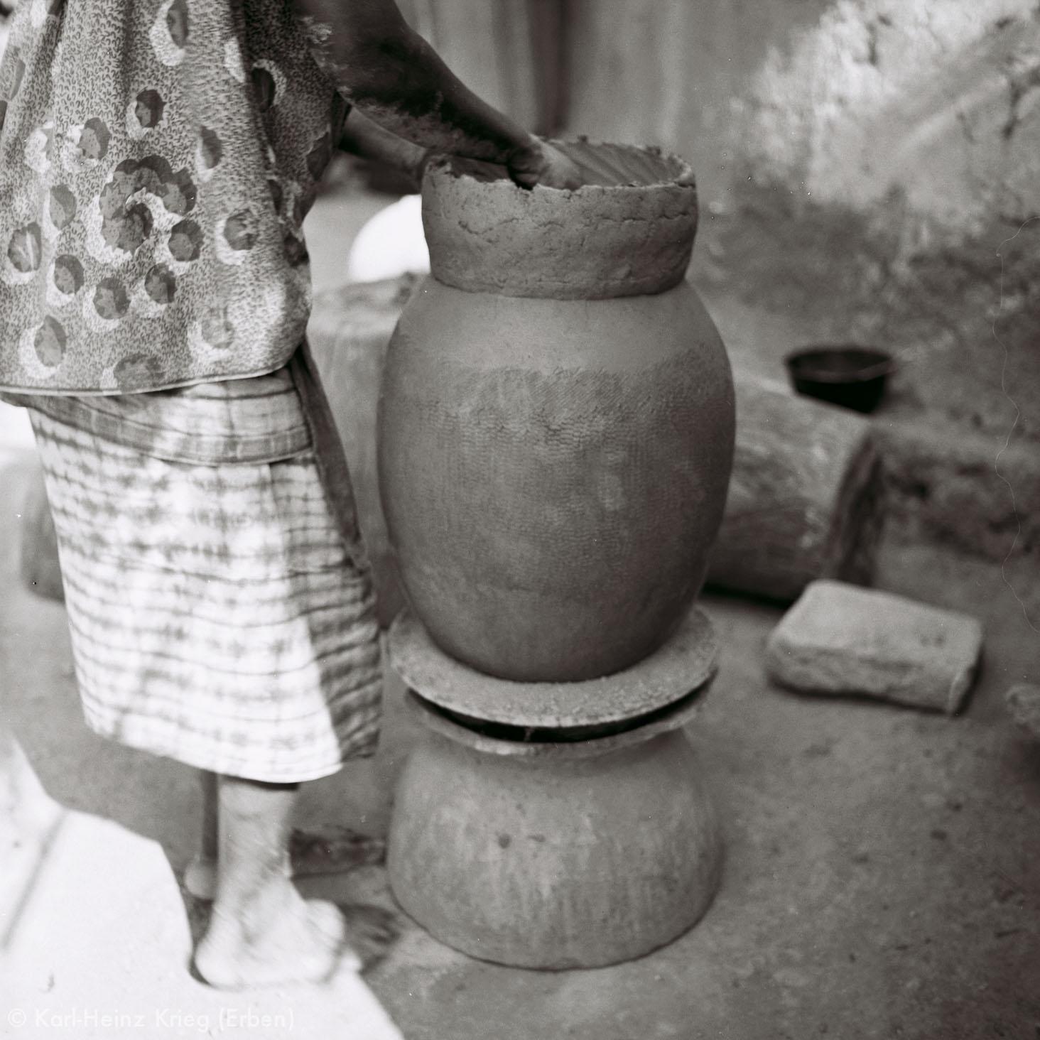 Numu -Töpferin formt den Hals eines Gefäßes. Foto: Karl-Heinz Krieg, Gbon (Region von Boundiali, Côte d'Ivoire), 1965