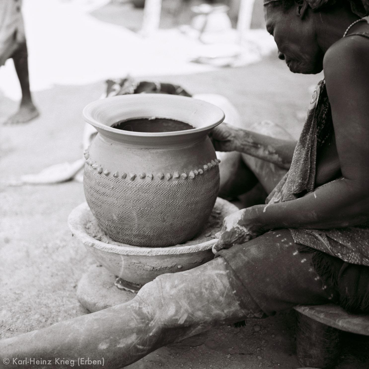 Numu -Töpferin verziert ein Tongefäß. Foto: Karl-Heinz Krieg, Gbon (Region von Boundiali, Côte d'Ivoire), 1965