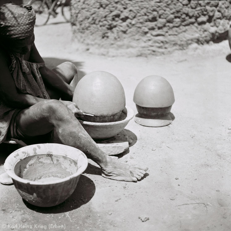 Numu -Töpferin benutzt einen alten Topf als Grundform für ein neues Tongefäß. Foto: Karl-Heinz Krieg, Gbon (Region von Boundiali, Côte d'Ivoire), 1965