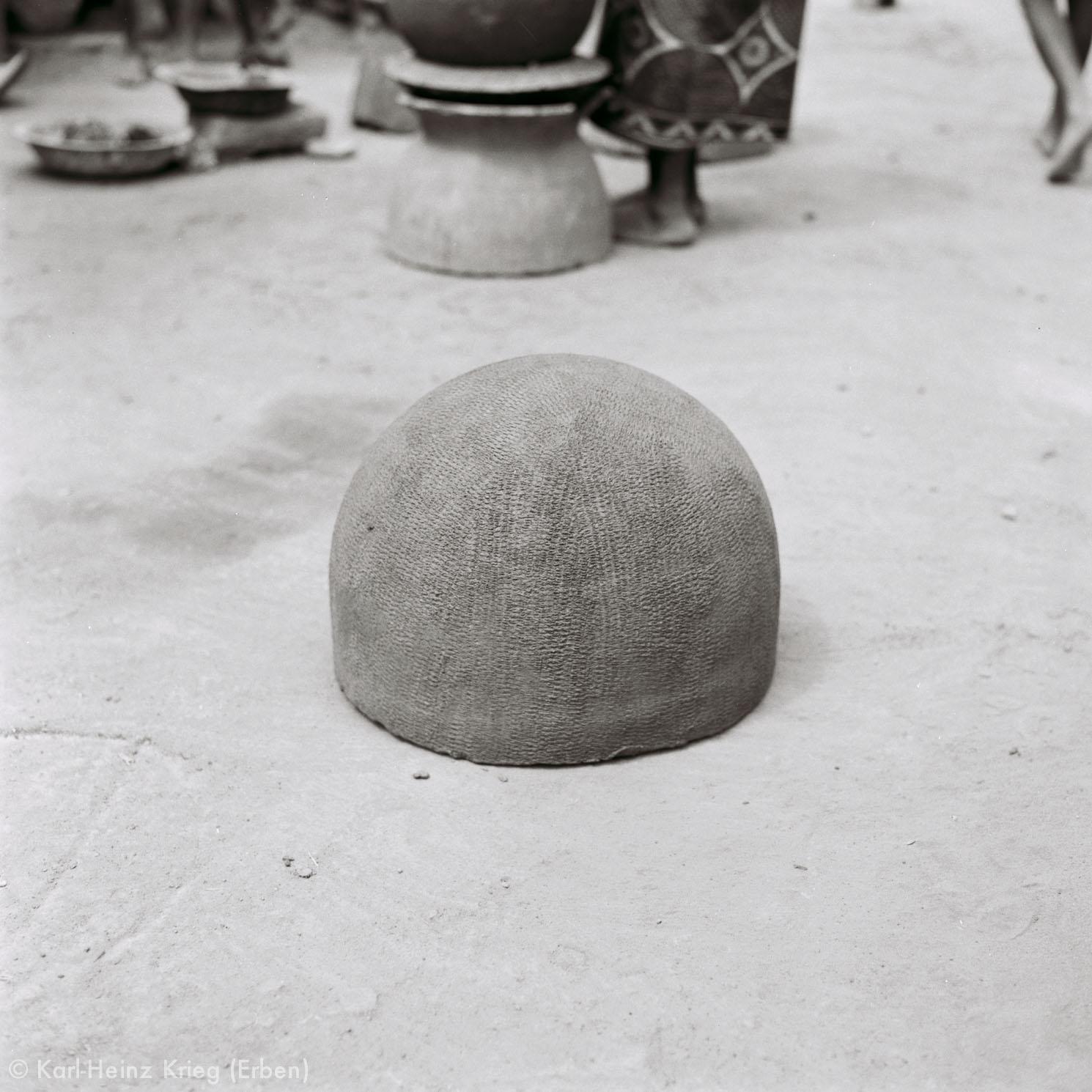 Der untere Teil des Tongefäßes trocknet in der Sonne. Foto: Karl-Heinz Krieg, Gbon (Region von Boundiali, Côte d'Ivoire), 1965