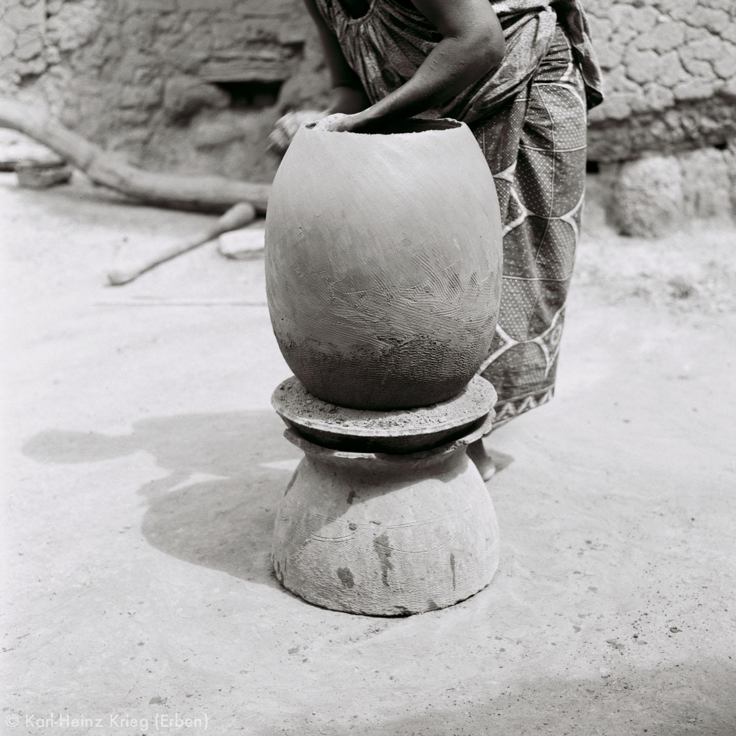 Numu -Töpferin formt ein Tongefäß. Foto: Karl-Heinz Krieg, Gbon (Region von Boundiali, Côte d'Ivoire), 1965