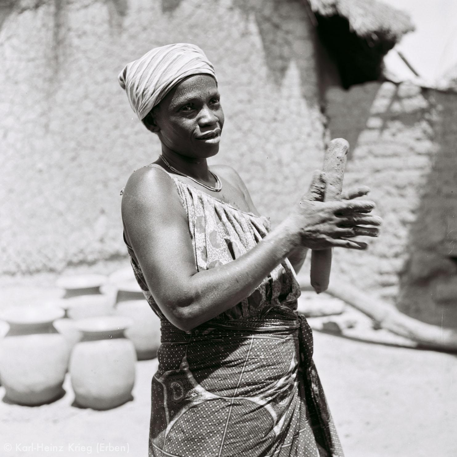 Numu -Töpferin formt frischen Ton. Foto: Karl-Heinz Krieg, Gbon (Region von Boundiali, Côte d'Ivoire), 1965