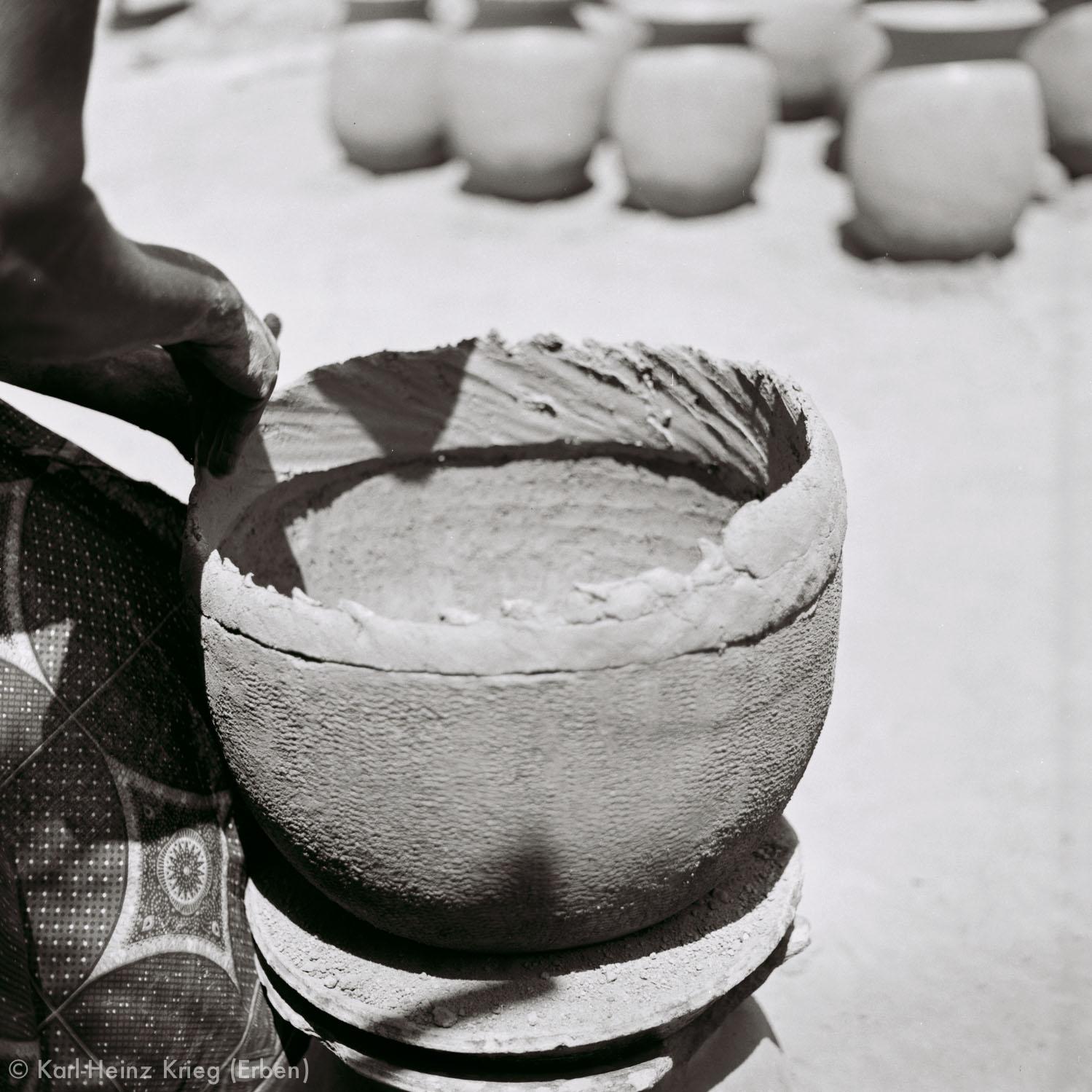 Numu -Töpferin setzt frischen Ton auf den Gefäßrand. Foto: Karl-Heinz Krieg, Gbon (Region von Boundiali, Côte d'Ivoire), 1965