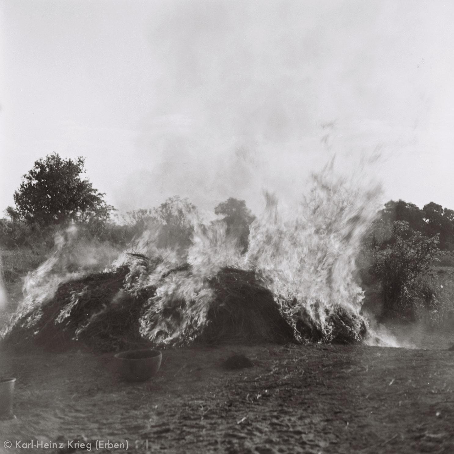 Das Brennen dauert ca. 30 Minuten. Foto: Karl-Heinz Krieg, Zekaha (Region von Boundiali, Côte d'Ivoire), 1977