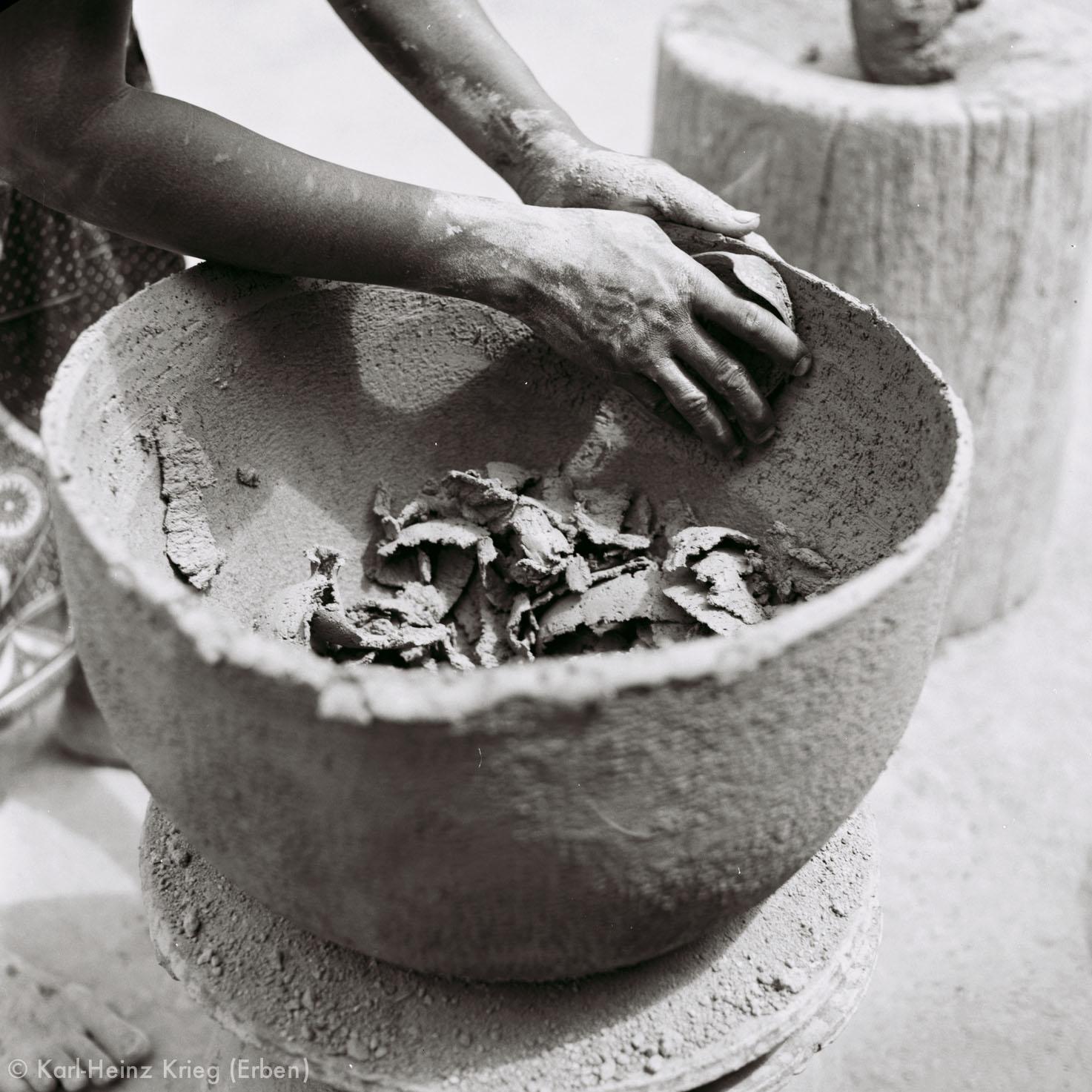 Numu -Töpferin verdünnt die Wand des Tongefäßes. Foto: Karl-Heinz Krieg, Gbon (Region von Boundiali, Côte d'Ivoire), 1965