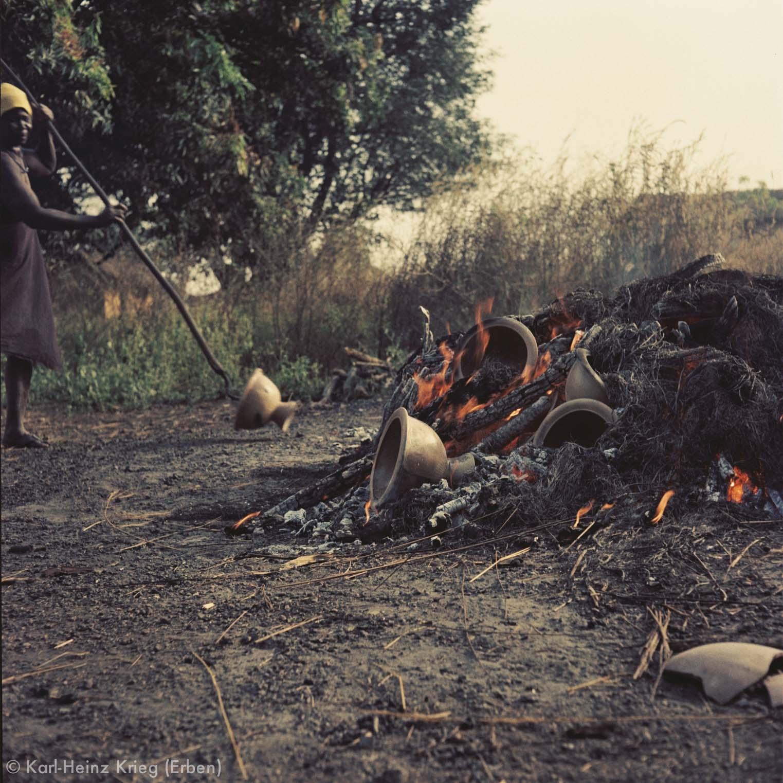 Die Tongefäße werden aus der Glut geholt. Foto: Karl-Heinz Krieg, Zekaha (Region von Boundiali, Côte d'Ivoire), 1977 (?)