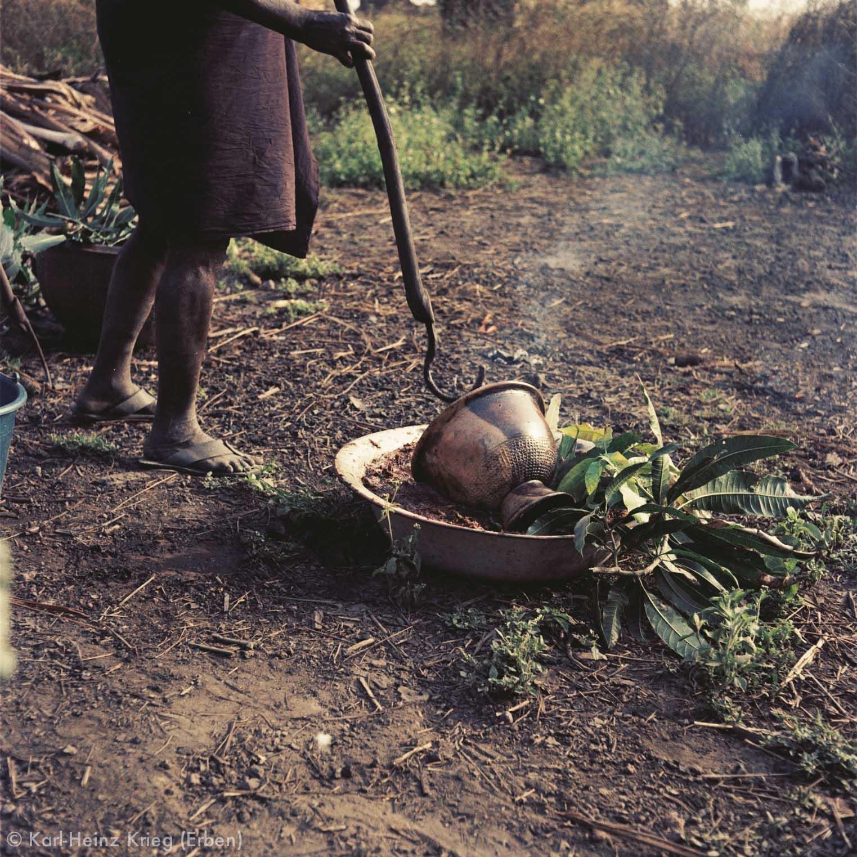 Die noch glühenden Töpfe werden in eine Pflanzenfarbe aus Rinde getunkt. Foto: Karl-Heinz Krieg, Zekaha (Region von Boundiali, Côte d'Ivoire), 1977 (?)