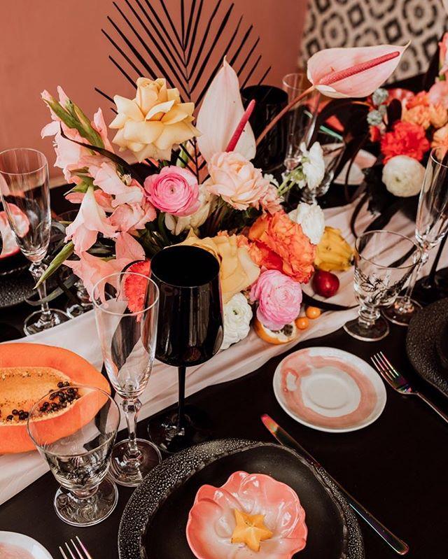 CORAL & BLACK | El styling de una mesa en tendencia, con colores, atrevimientos y muchos detalles!  Idea, design & production: @bodasdecuento  Fotografía: @serendipityphotolove  Flores: @hausweddings  Make up: @laupantoja  Hair:  @lc.makeupandhair  Styling modelos:  @laura.morenob  Modelos:  @antosalinasr y @ger.cuevas  Vestido: @ginamurillooficial  Espacio:  @happykombuchacol