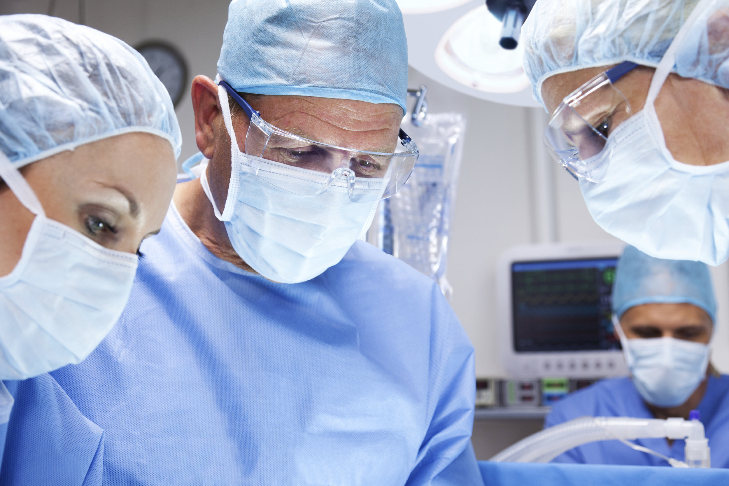 Surgeons in the operation room (ID 74854).jpg