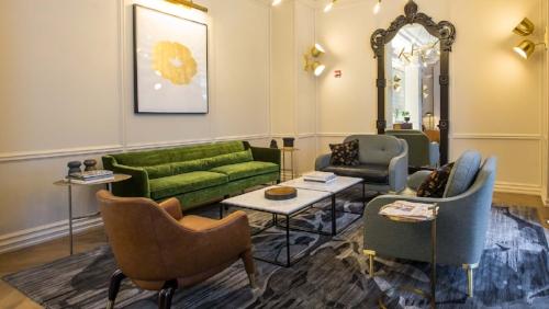 Lobby at Kimpton Gray Hotel Chicago. Image courtesy of Gray Hotel.