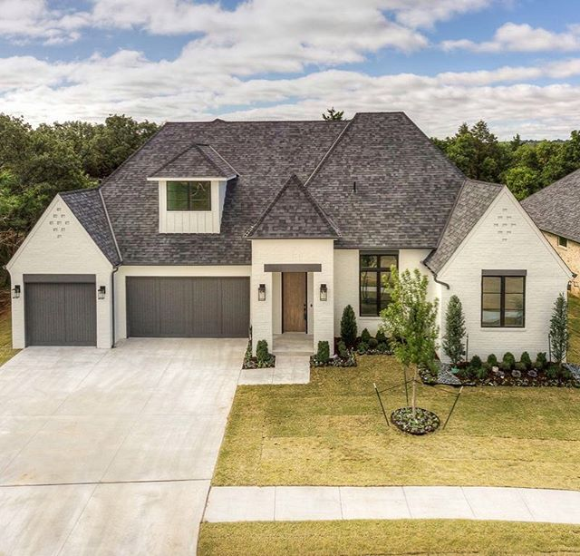 Exterior ❤️...1400 regency bridge circle • • • • #bridgewayhomesokc #newhome #edmondhomes #edmond #newconstruction #paintedbrick #homedesign #homeexterior