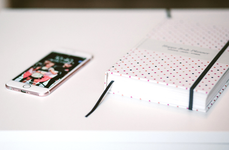 rose-gold-iphone-and-planner-on-desk.jpg