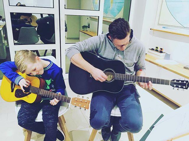 Kan het nog mooier? Vader en zoon leren gitaar spelen op hetzelfde tempo. 🙌❤️🎸